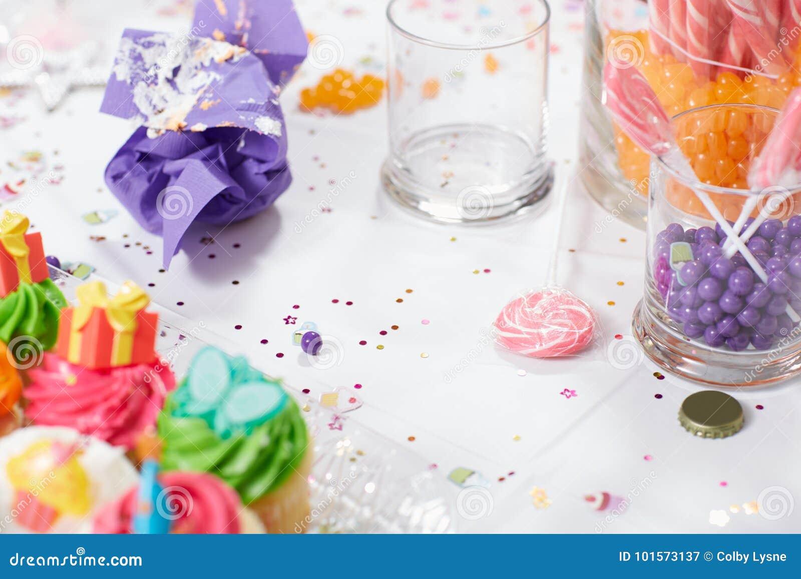 Tabla de la fiesta de cumpleaños de los niños con las magdalenas y el caramelo