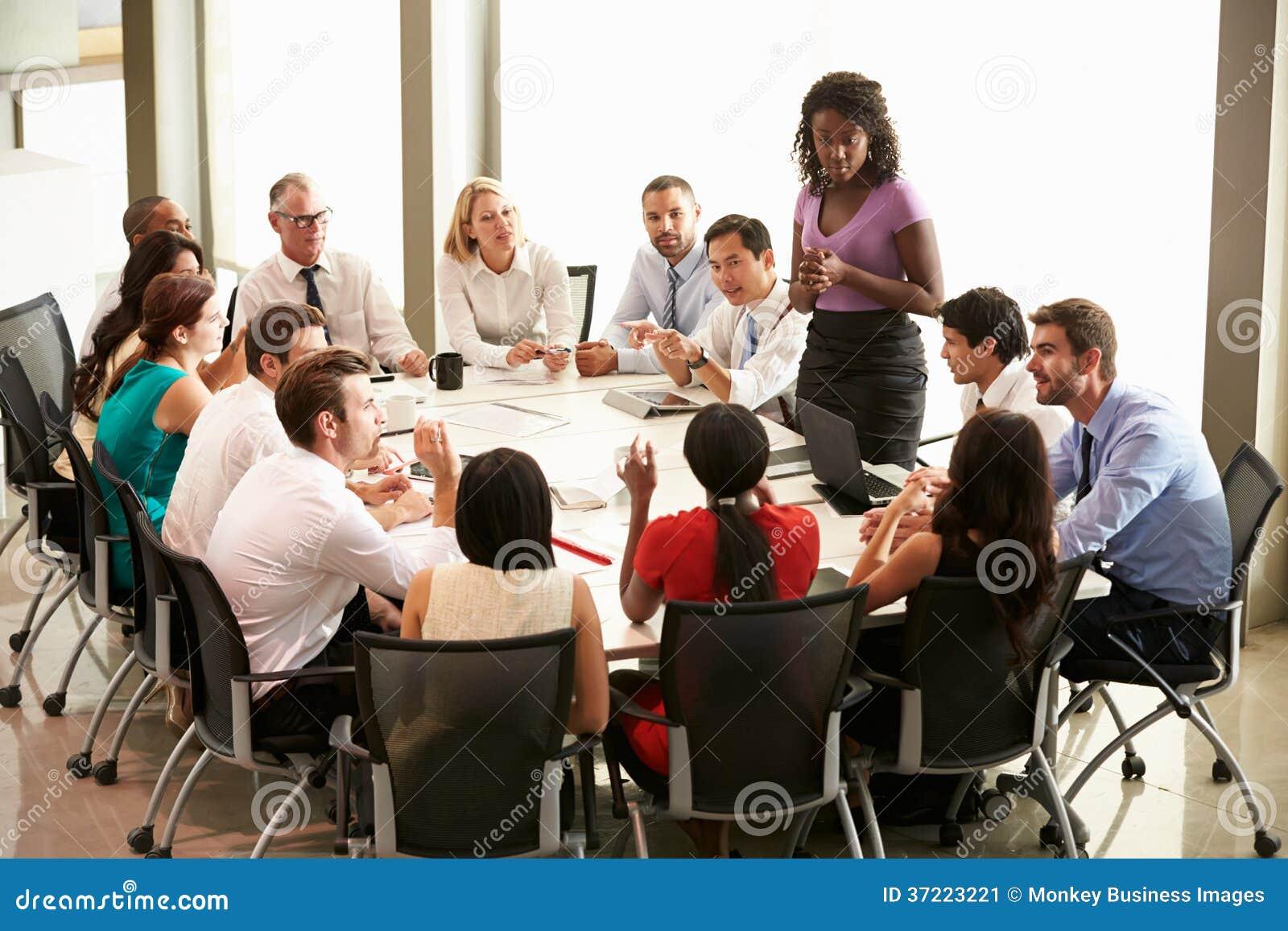 Tabla de la sala de reunión de Addressing Meeting Around de la empresaria