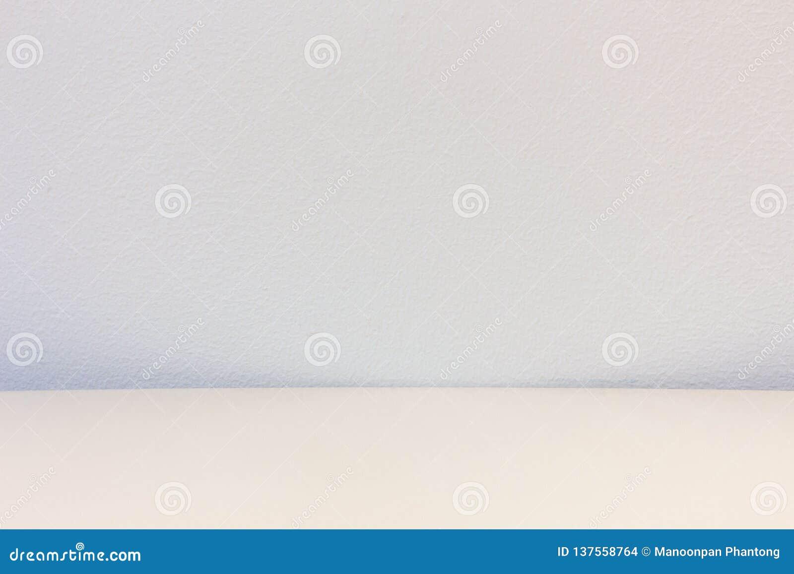 Tabla de madera con el fondo concreto