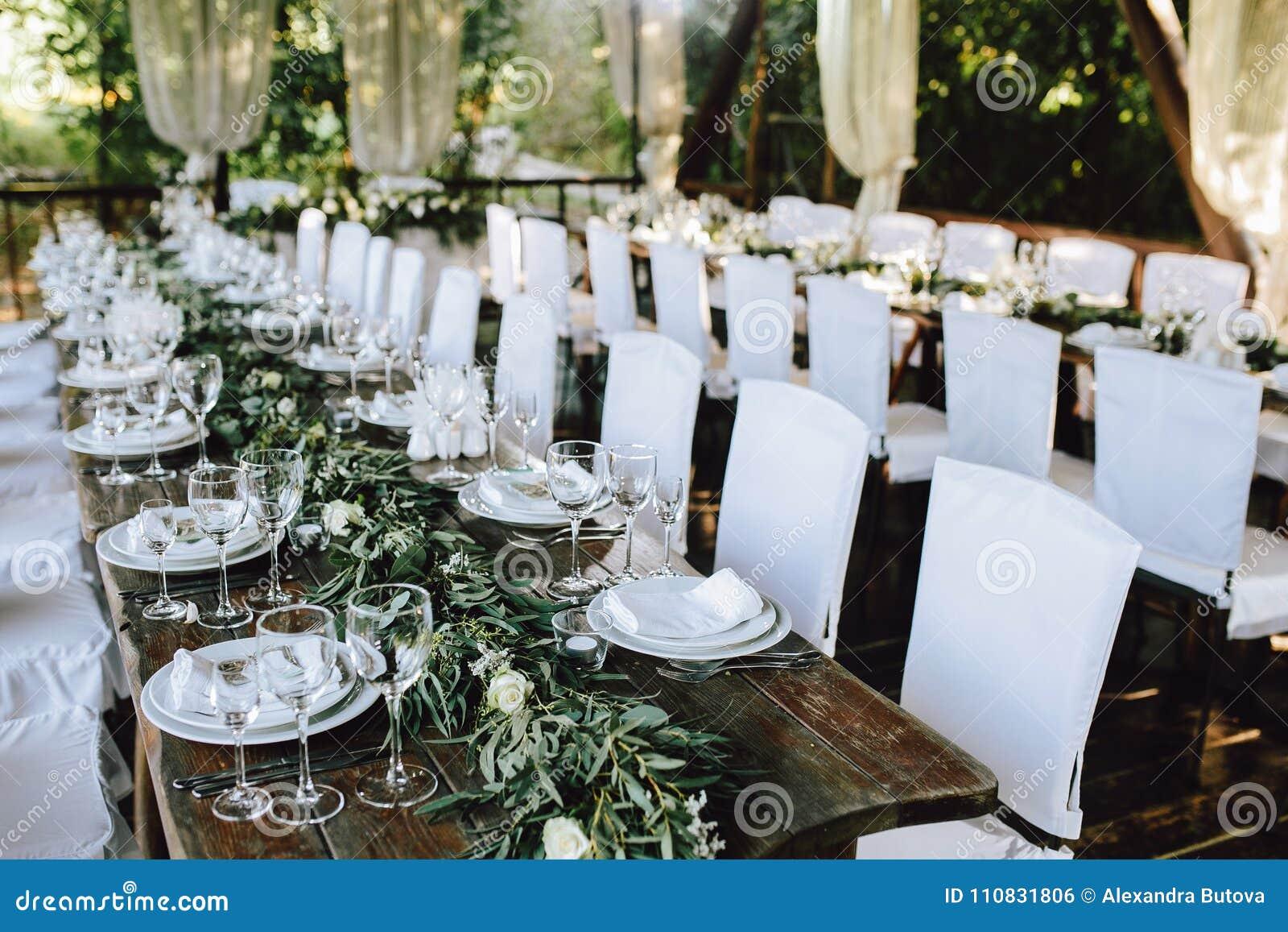 Tabla de madera elegante adornada de la boda para el for Jardin al aire libre de madera deco