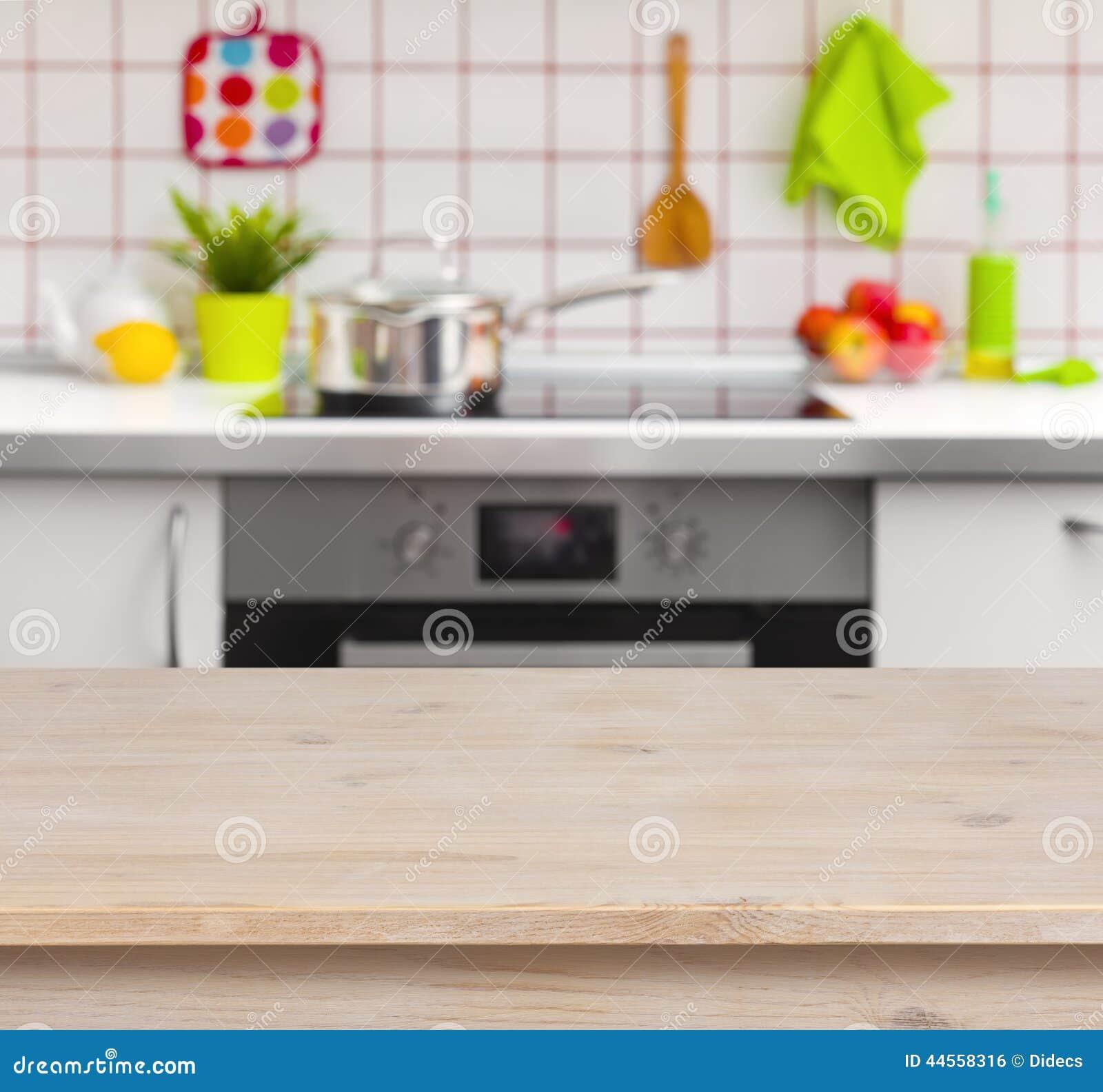 Tabla de madera en fondo borroso del banco de la cocina