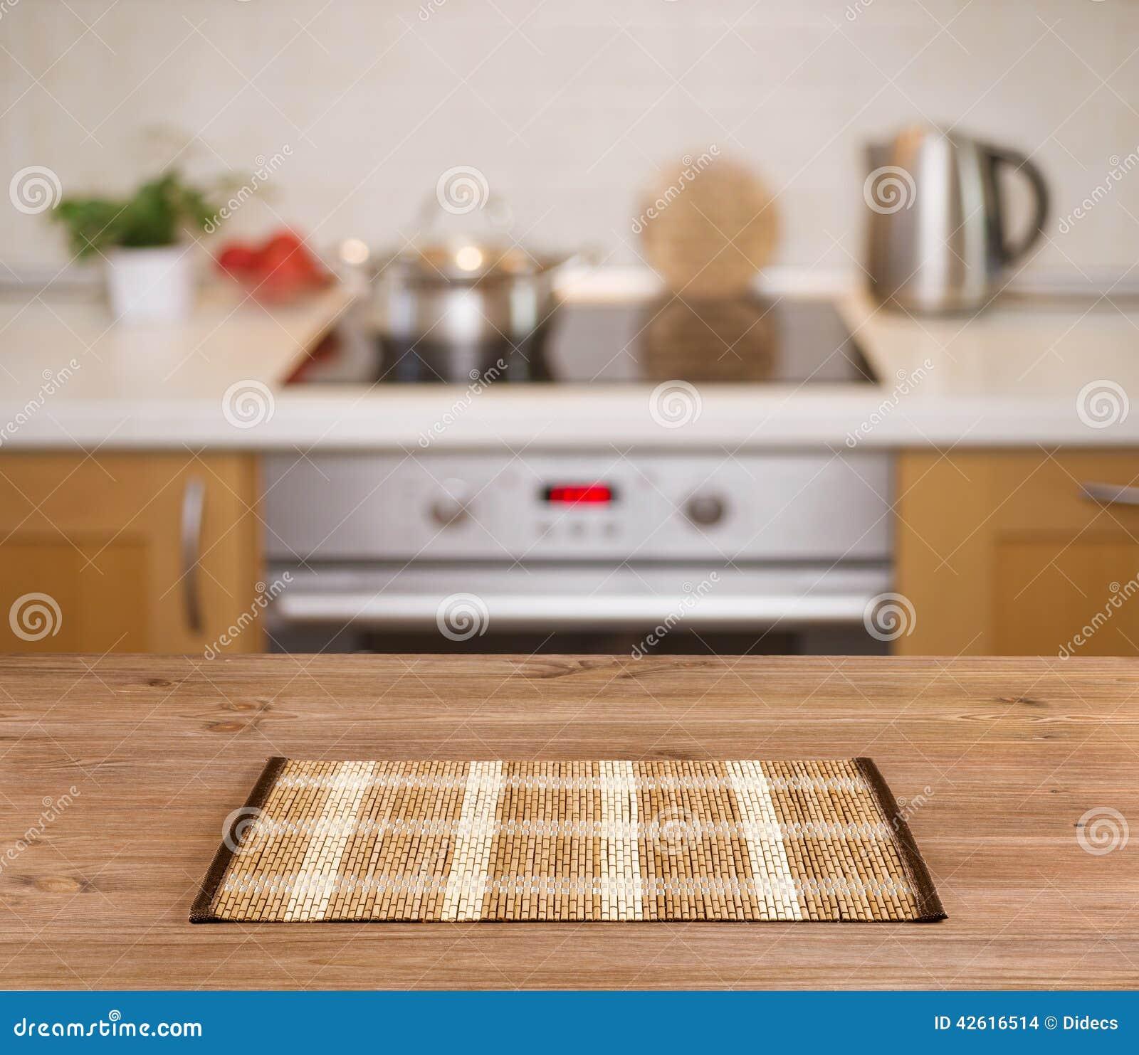 Tabla de madera en fondo defocused del banco de la cocina