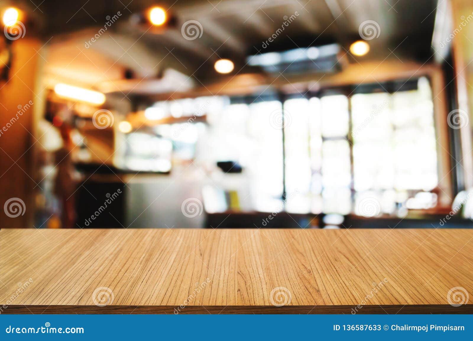 Tabla de madera vacía con el fondo borroso montaje del café del café