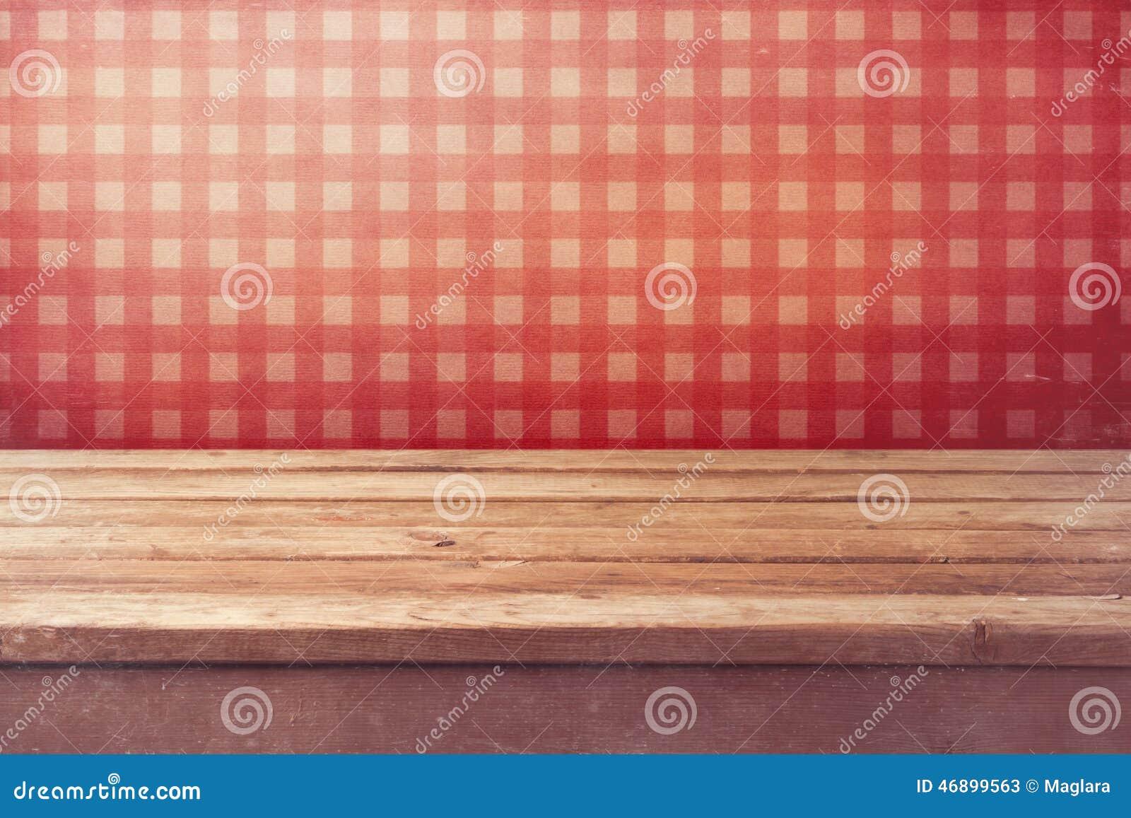 Tabla de madera vacía de la cubierta sobre el papel pintado rojo comprobado Interior de la cocina del vintage