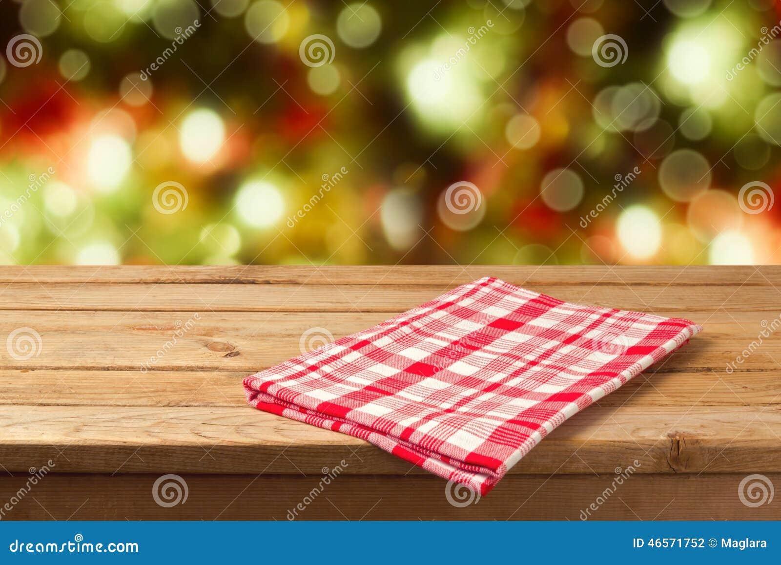Tabla de madera vacía del fondo de la Navidad con el mantel para la exhibición del montaje del producto