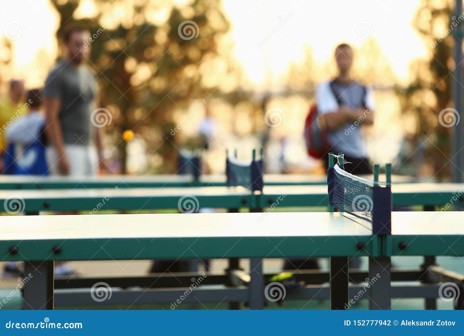 Tabla de ping-pong verde al aire libre Equipo de los tenis de mesa en parque
