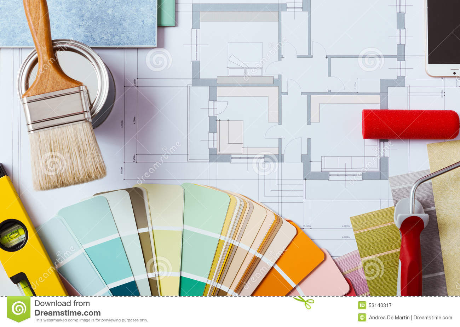 Tabla del trabajo del decorador con las herramientas