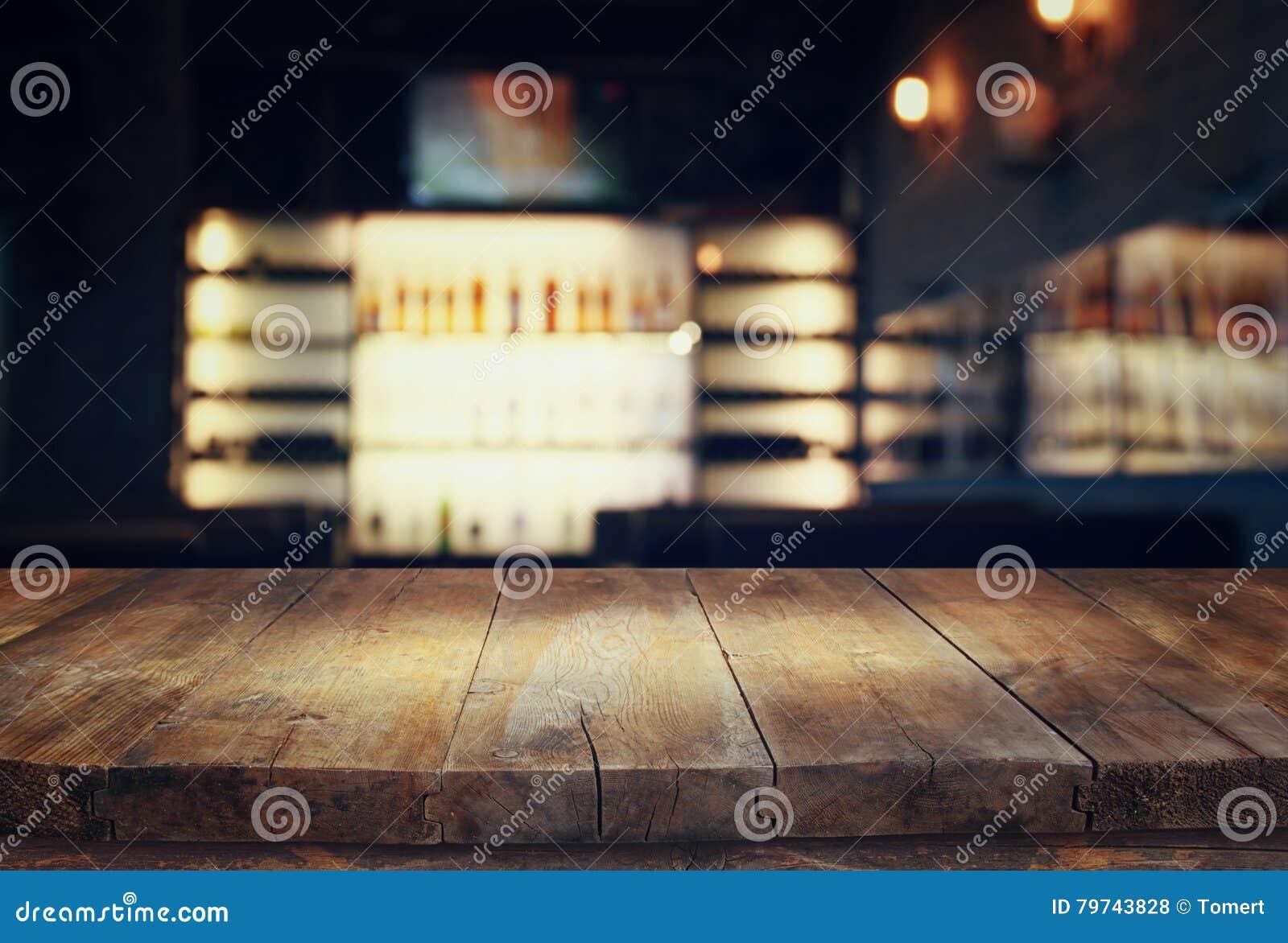 Tabla delante de luces borrosas extracto del restaurante