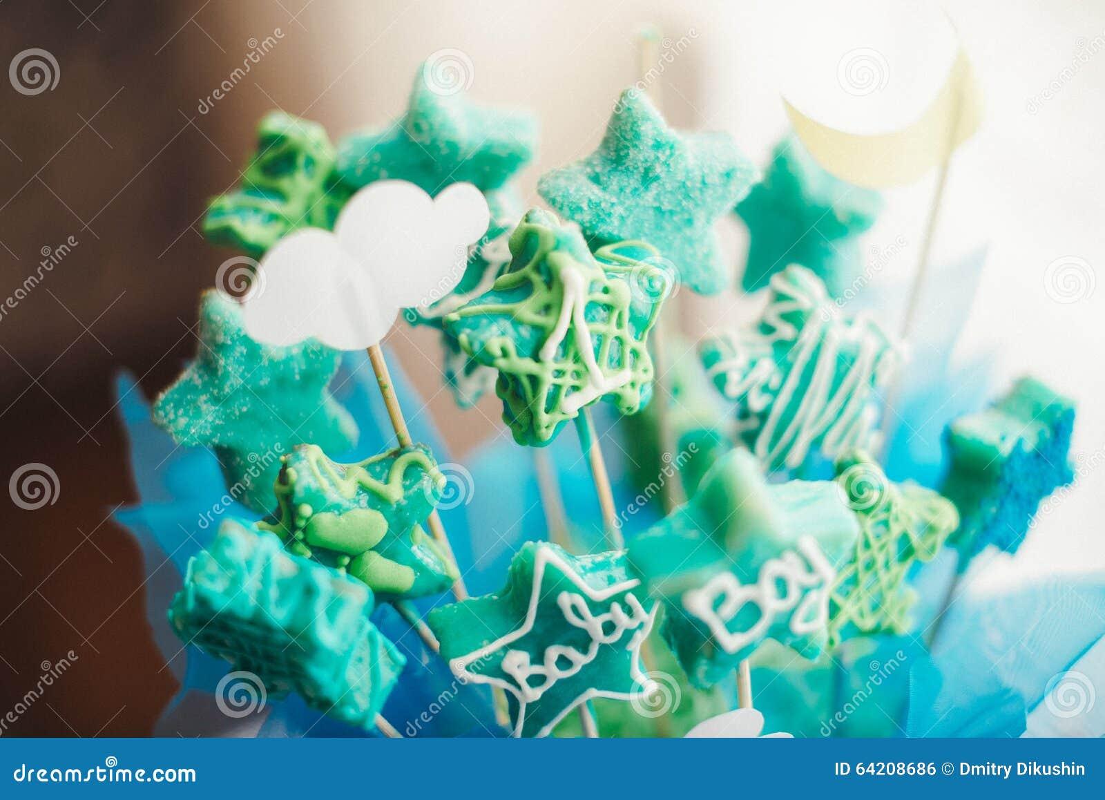 Tabla dulce como barra de caramelo con diversos dulces en cena