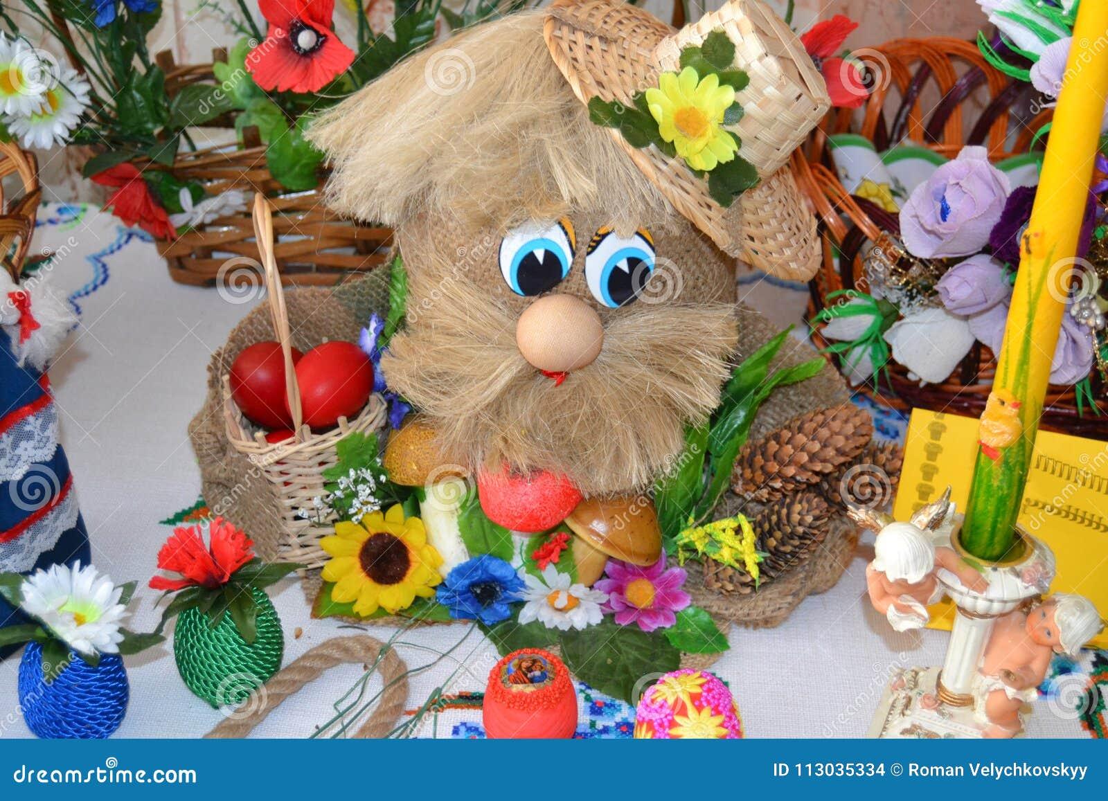 Tabla festiva con los juguetes y los huevos pintados
