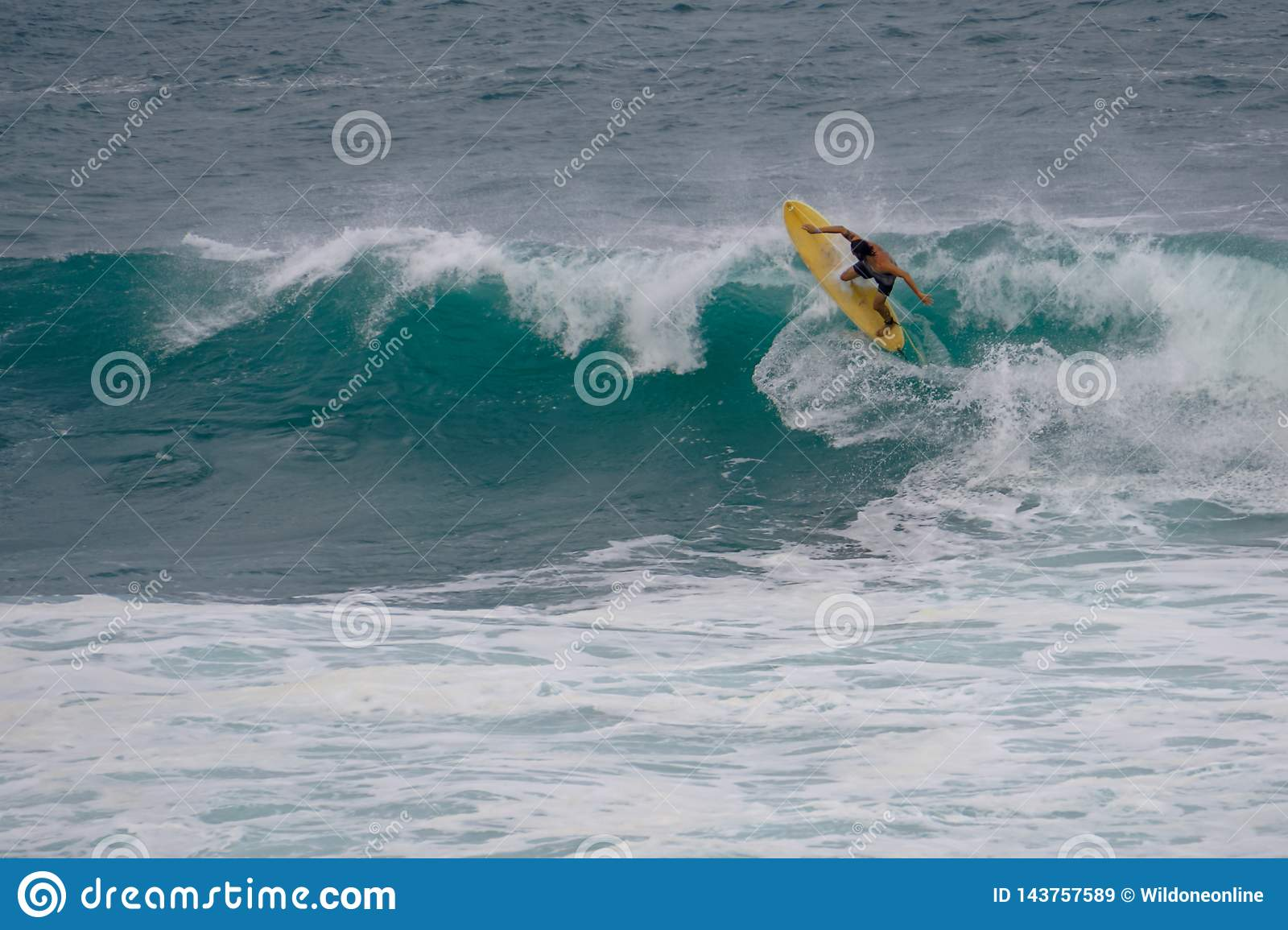 Tabla hawaiana amarilla, ondas de la turquesa