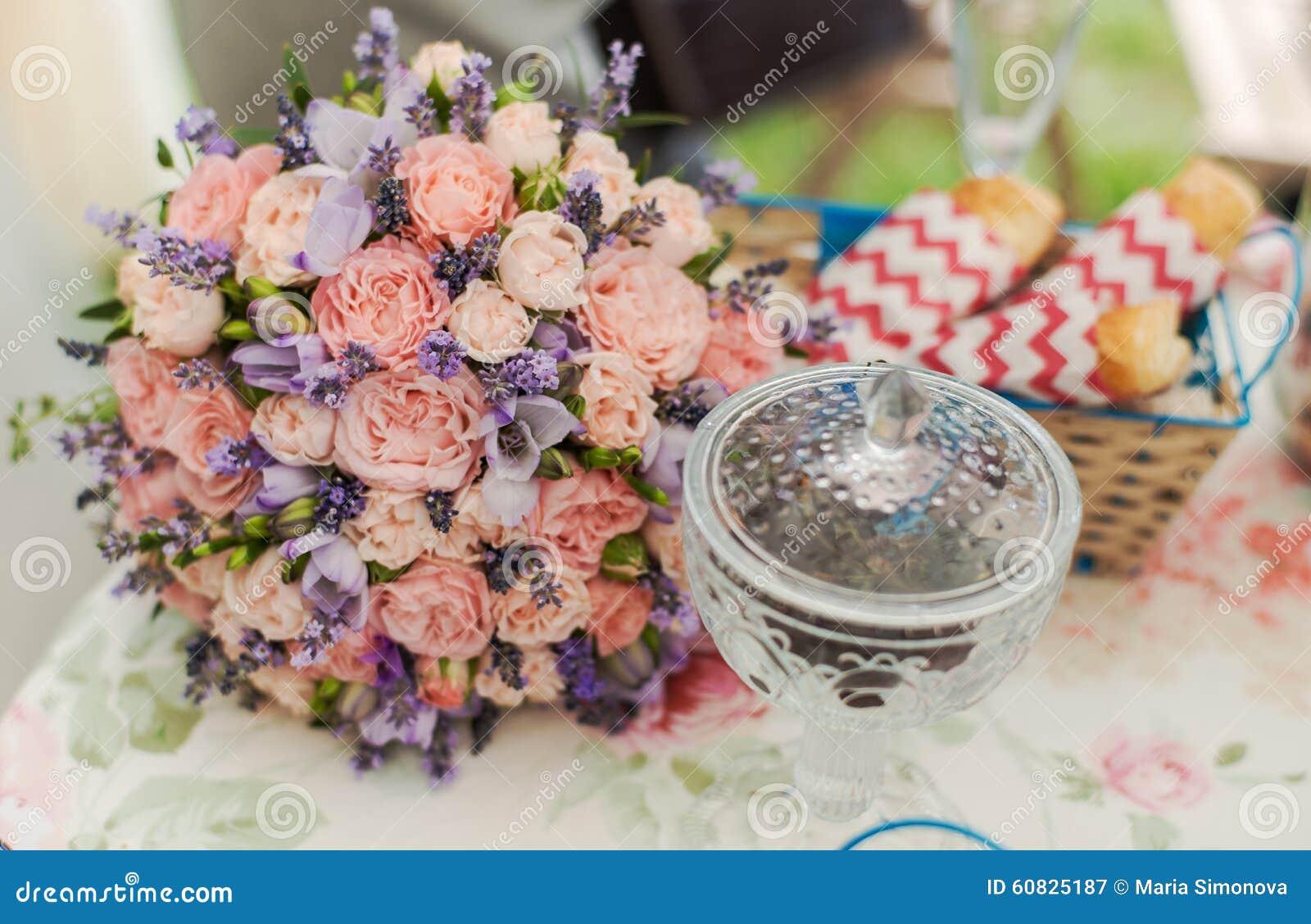 Tabla servida al aire libre Centro de flores con lavanda y rosas