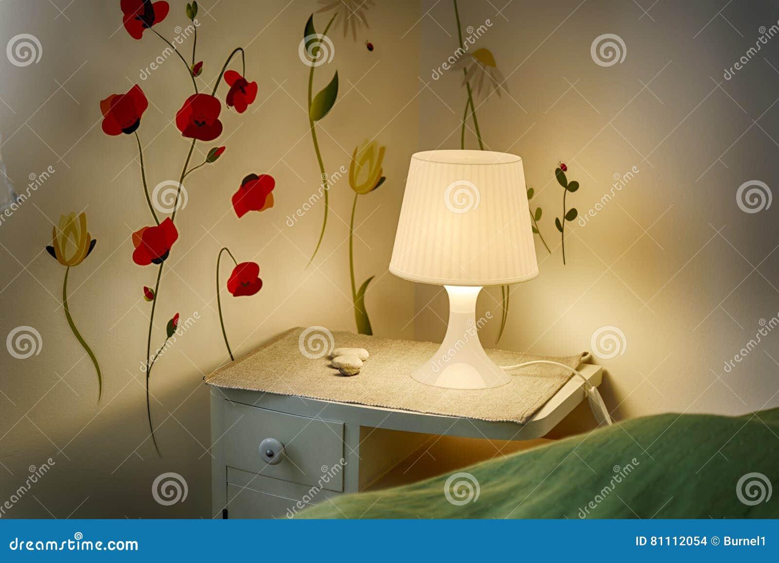 Tabla y lámpara