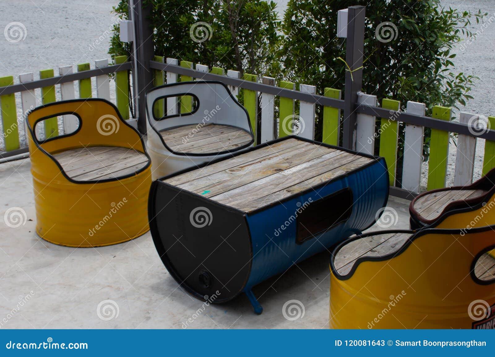 Tabla y silla hechas del tanque de aceite
