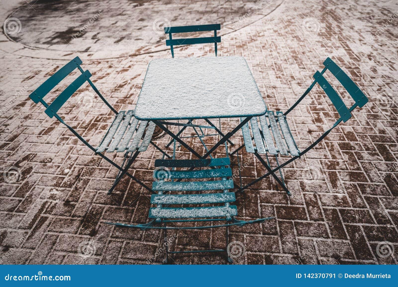 Tabla y sillas en nieve