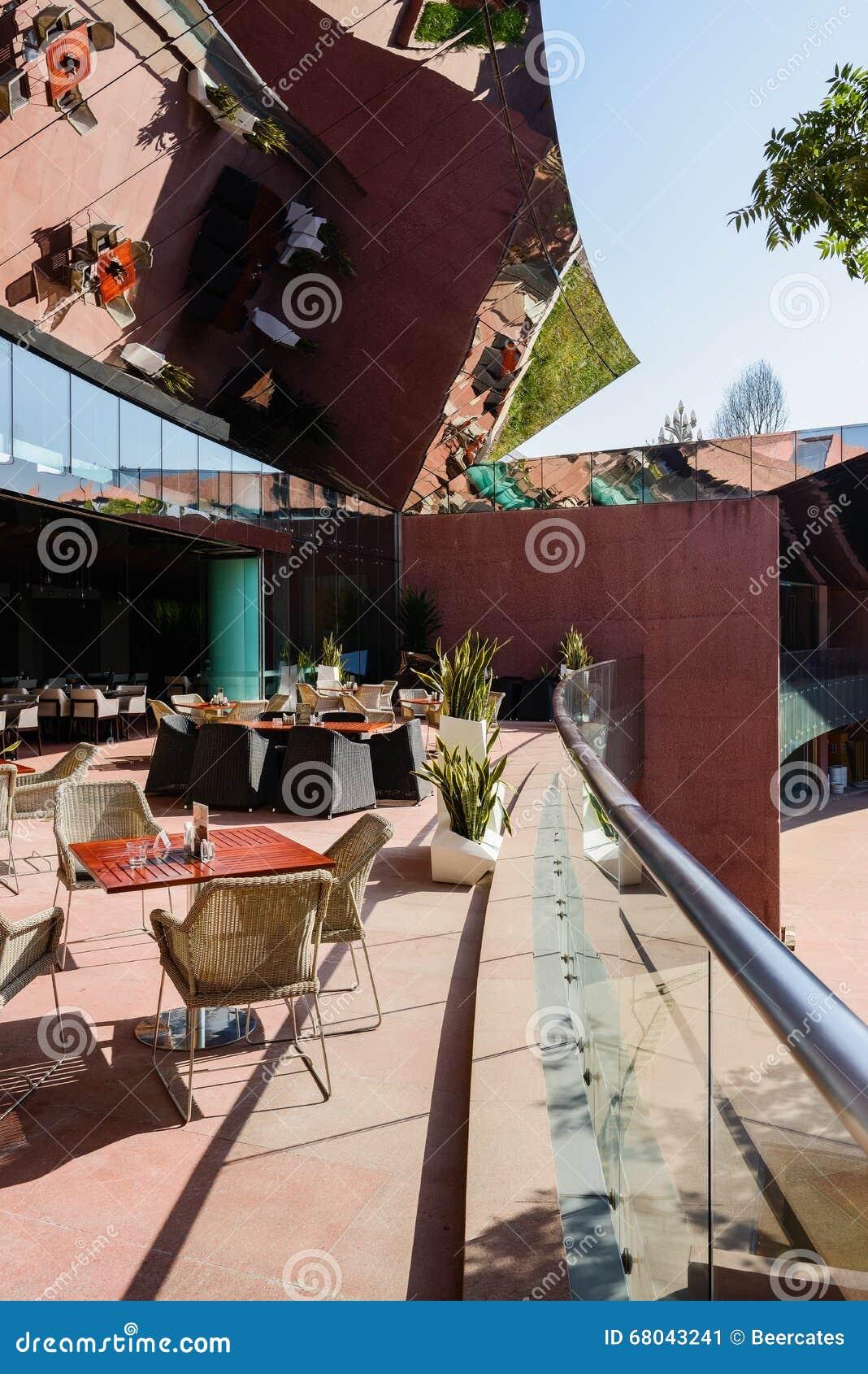 Tabla Y Sillas En Terraza Del Edificio Moderno Con La Espejo
