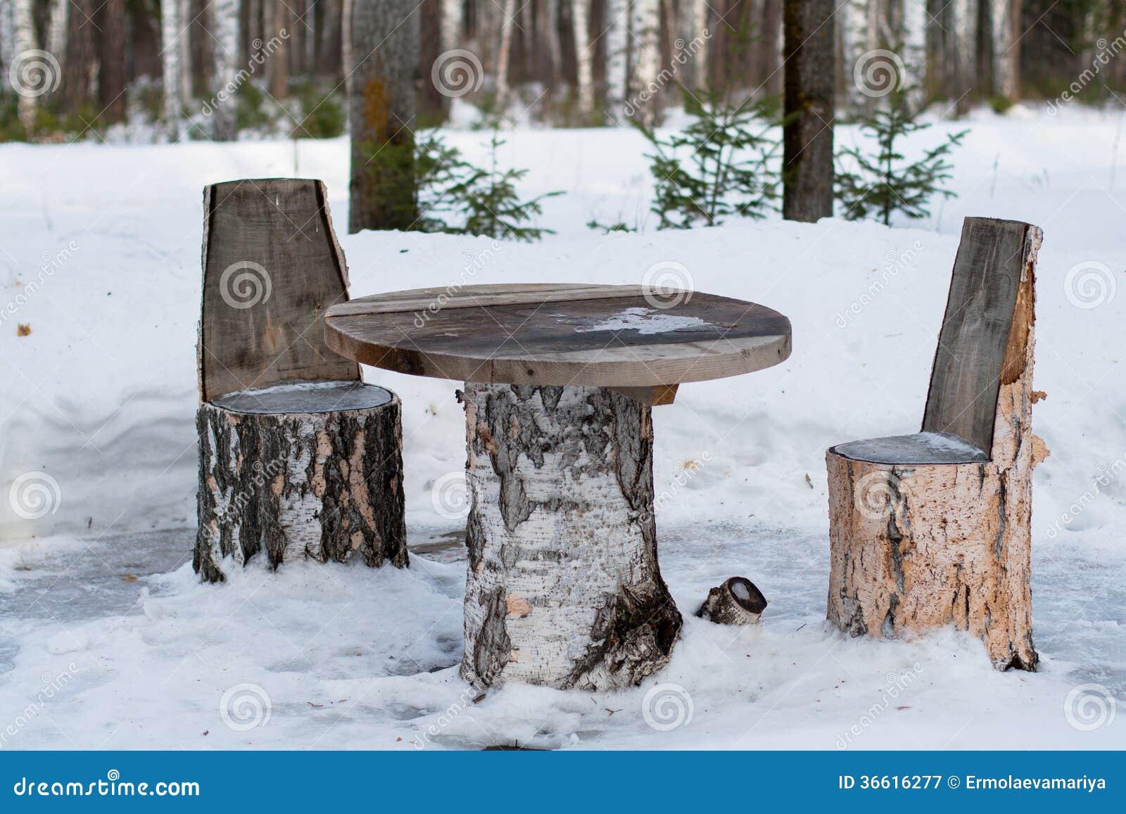Tabla y sillas hechas de troncos de rbol fotograf a de for Mesas de troncos de arboles