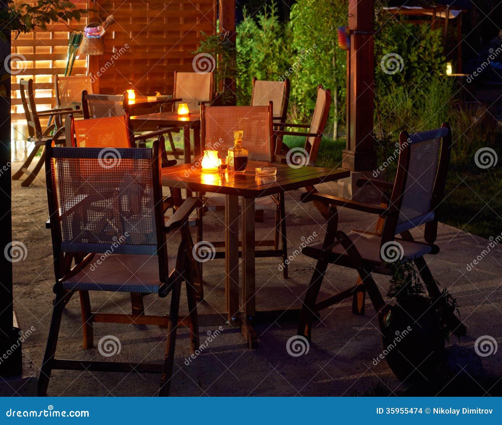 Tablas con las velas en noche de verano