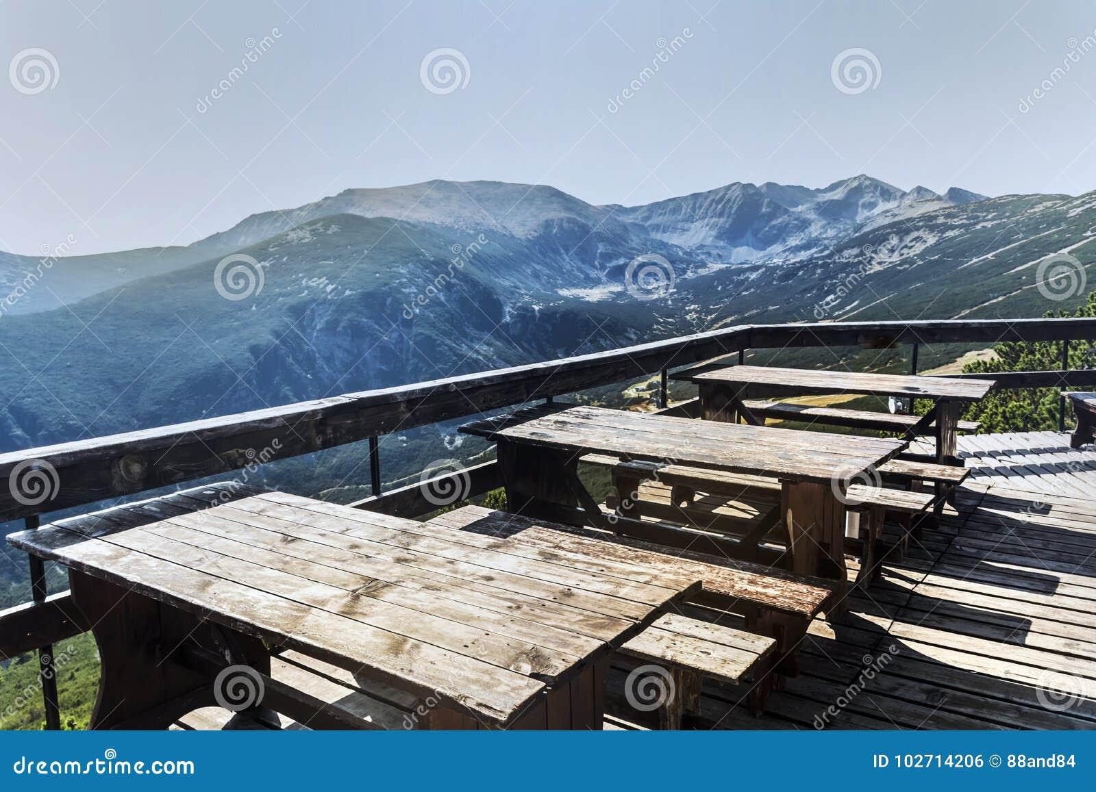 Tablas de madera con los bancos en la alta montaña