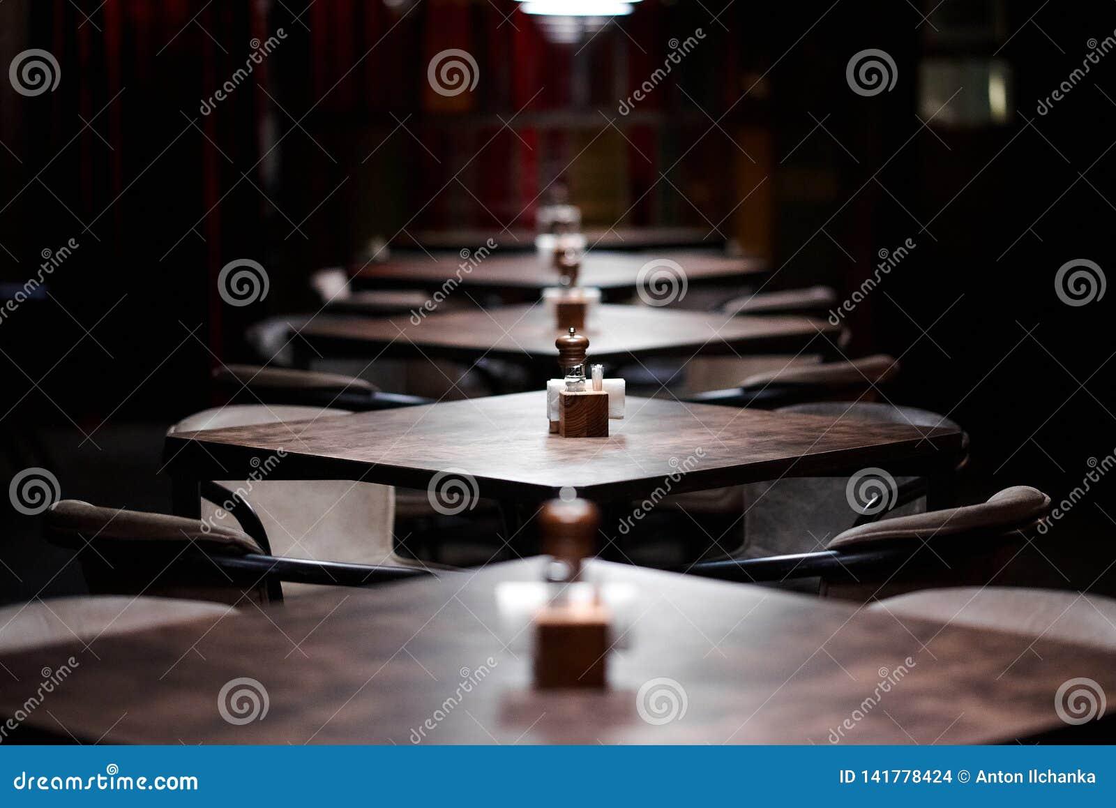 Tablas de madera de la barra en fila, con pimienta, coctelera de sal, palillos, trapos