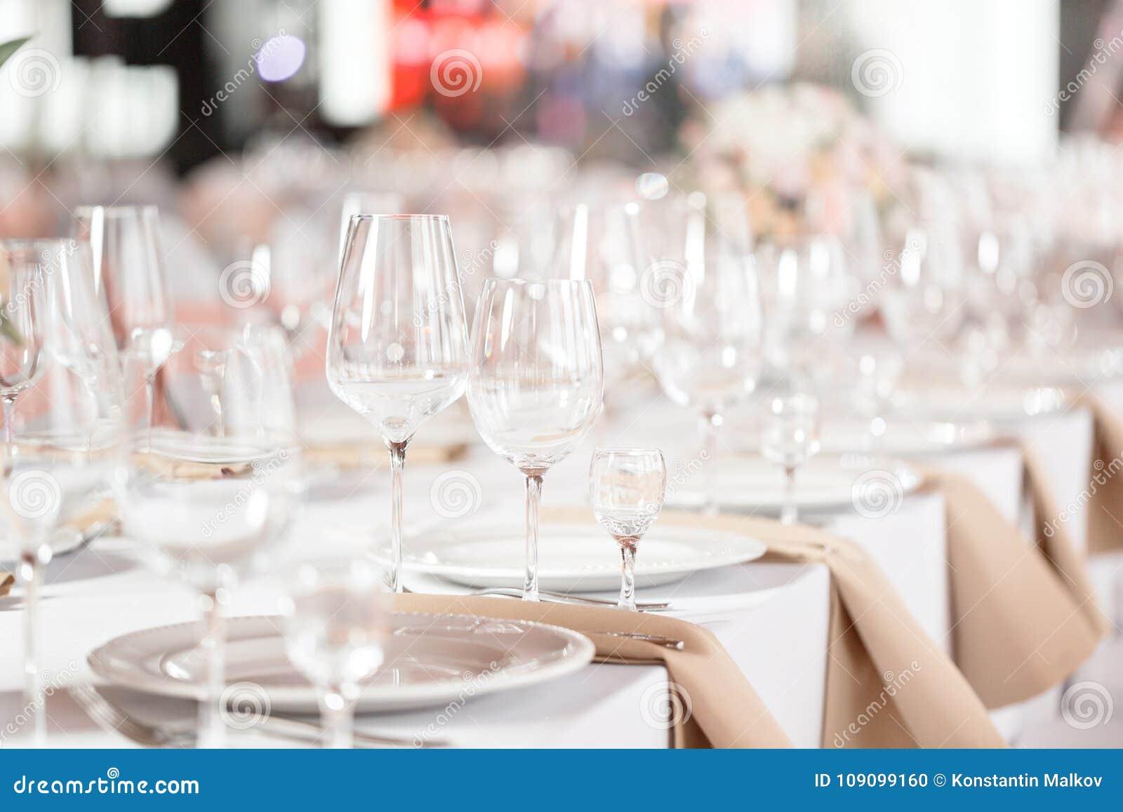 Tablas fijadas para un partido o una recepción nupcial del evento Cena elegante de lujo del ajuste de la tabla en un restaurante