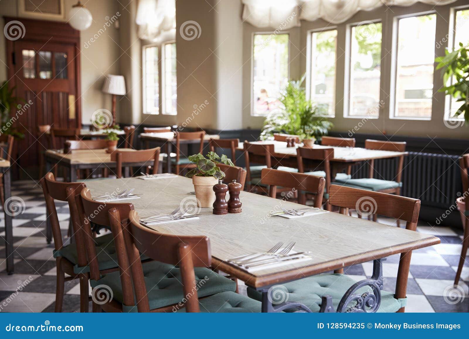 1a2afce24877 Tablas Puestas Para El Servicio En Restaurante Vacío Imagen de ...