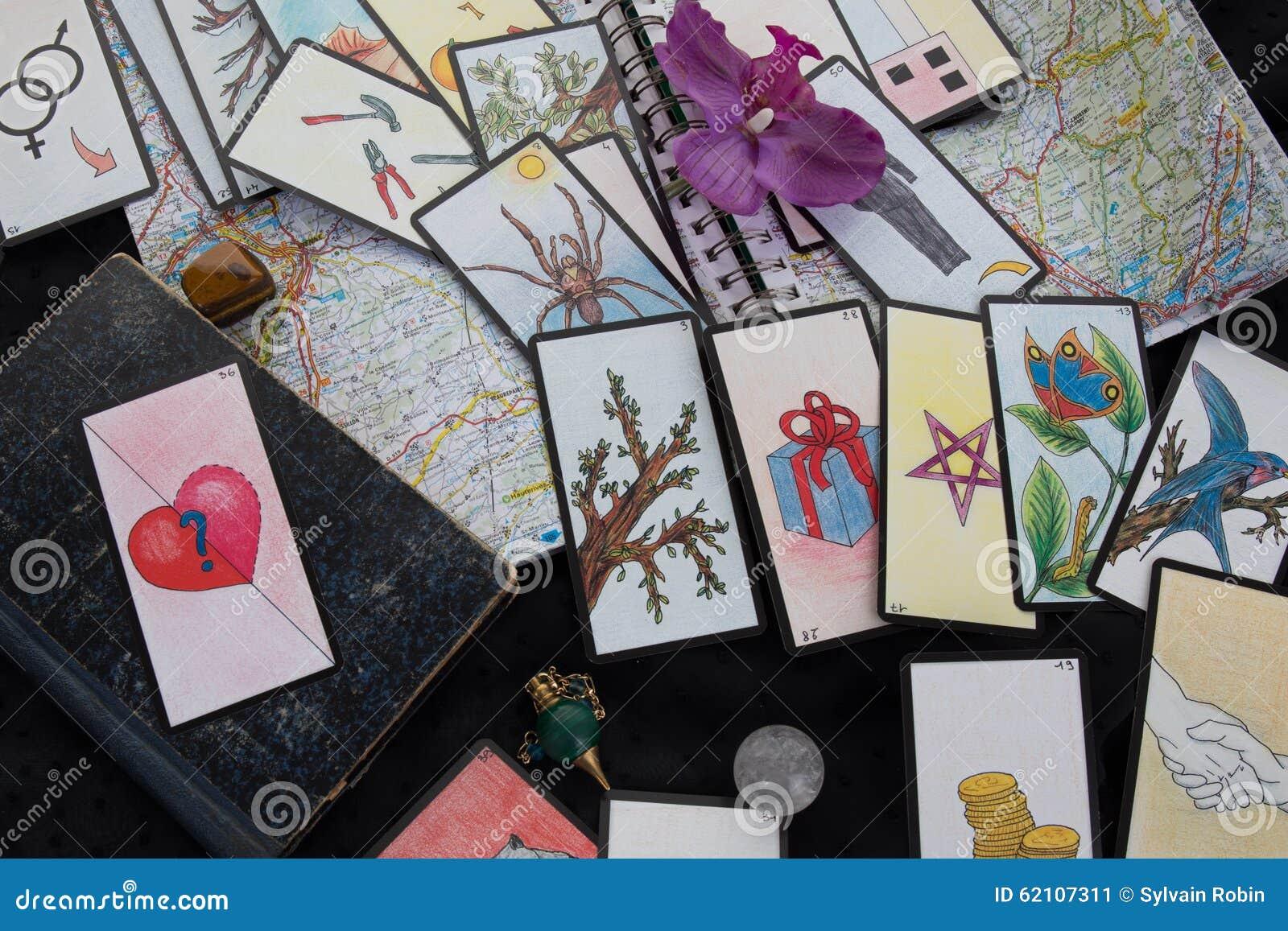 Table ésotérique Avec La Roue Astrologique, Pendule Magique, Tarots ... b481b8dfee5