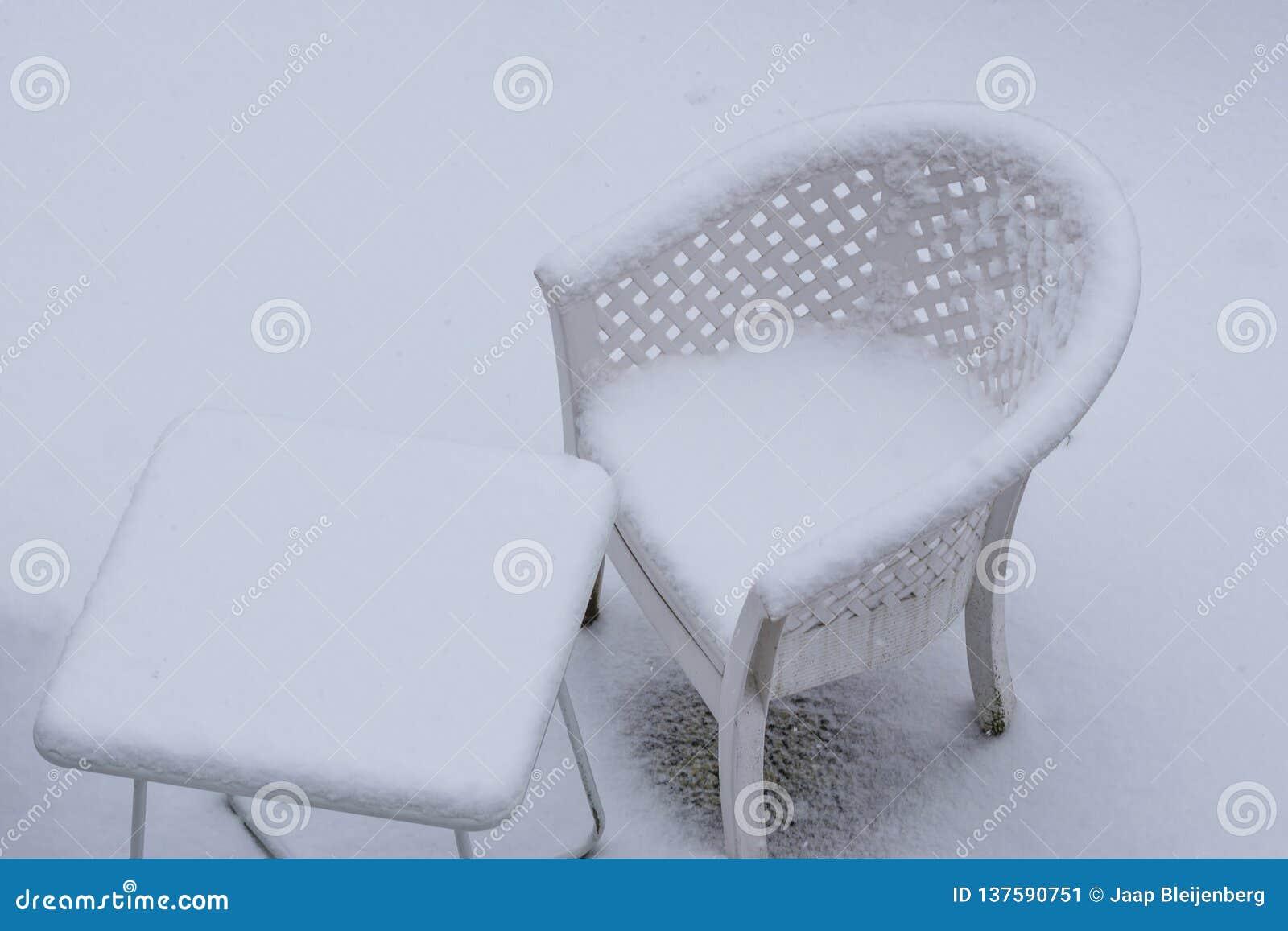 Table Blanche Et Chaise Longue Couvertes Dans Une Couche ...