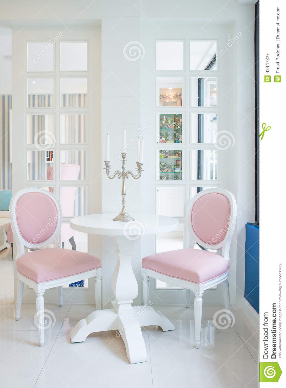 table blanche et chaise rose avec la bougie sur la table dans le salon photo stock image 43447827. Black Bedroom Furniture Sets. Home Design Ideas