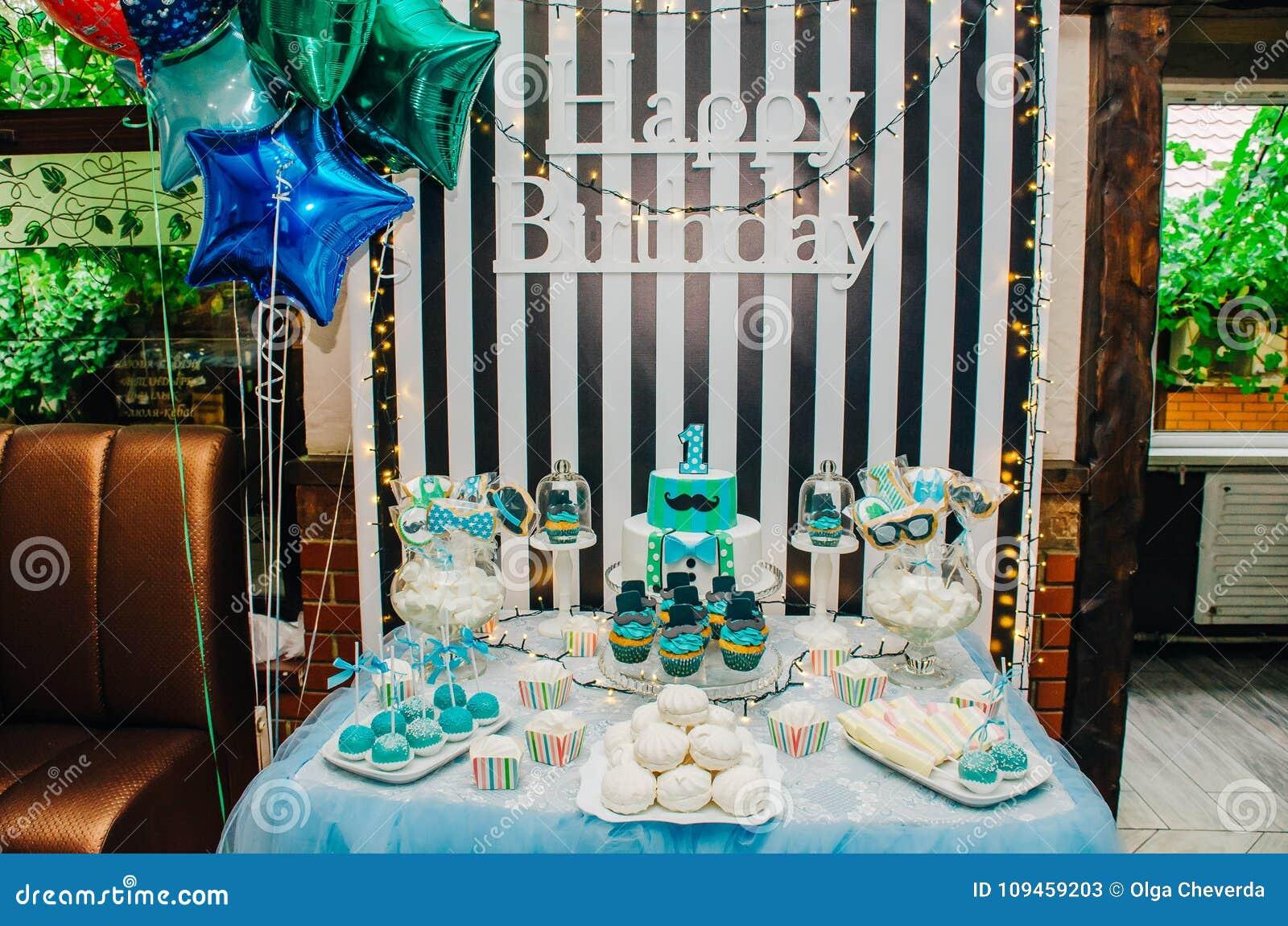table décorée avec les ballons et le gâteau sur un anniversaire du