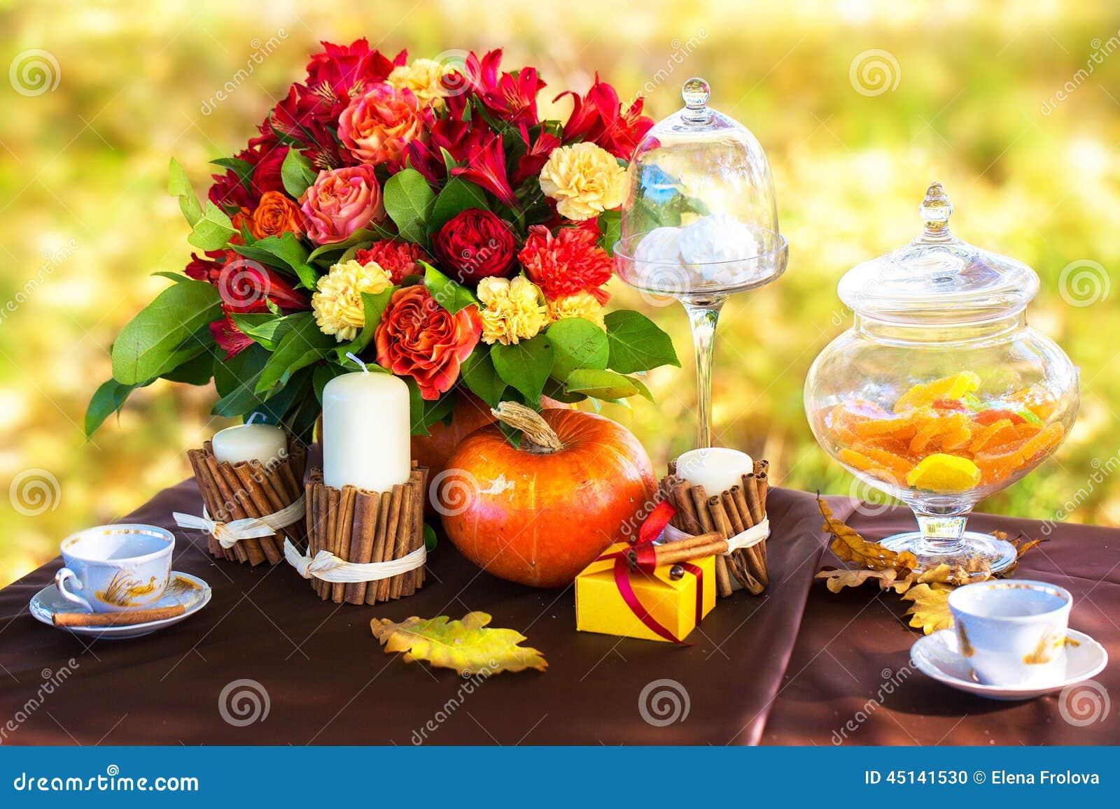 table d cor e pour un d ner romantique en parc d 39 automne photo stock image 45141530. Black Bedroom Furniture Sets. Home Design Ideas