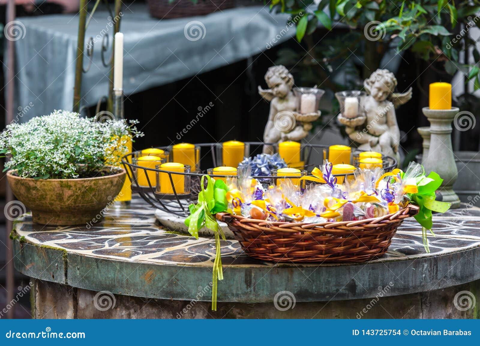 Table décorative avec des bougies et des fleurs