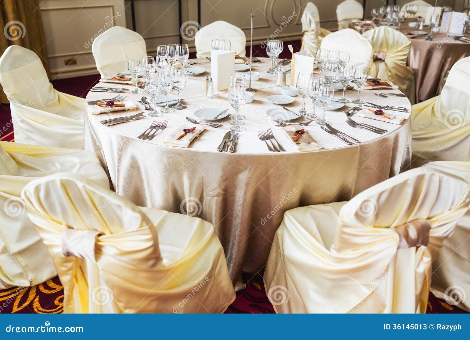 Table d 39 int rieur de mariage avec la d coration beige for Chemin de table beige