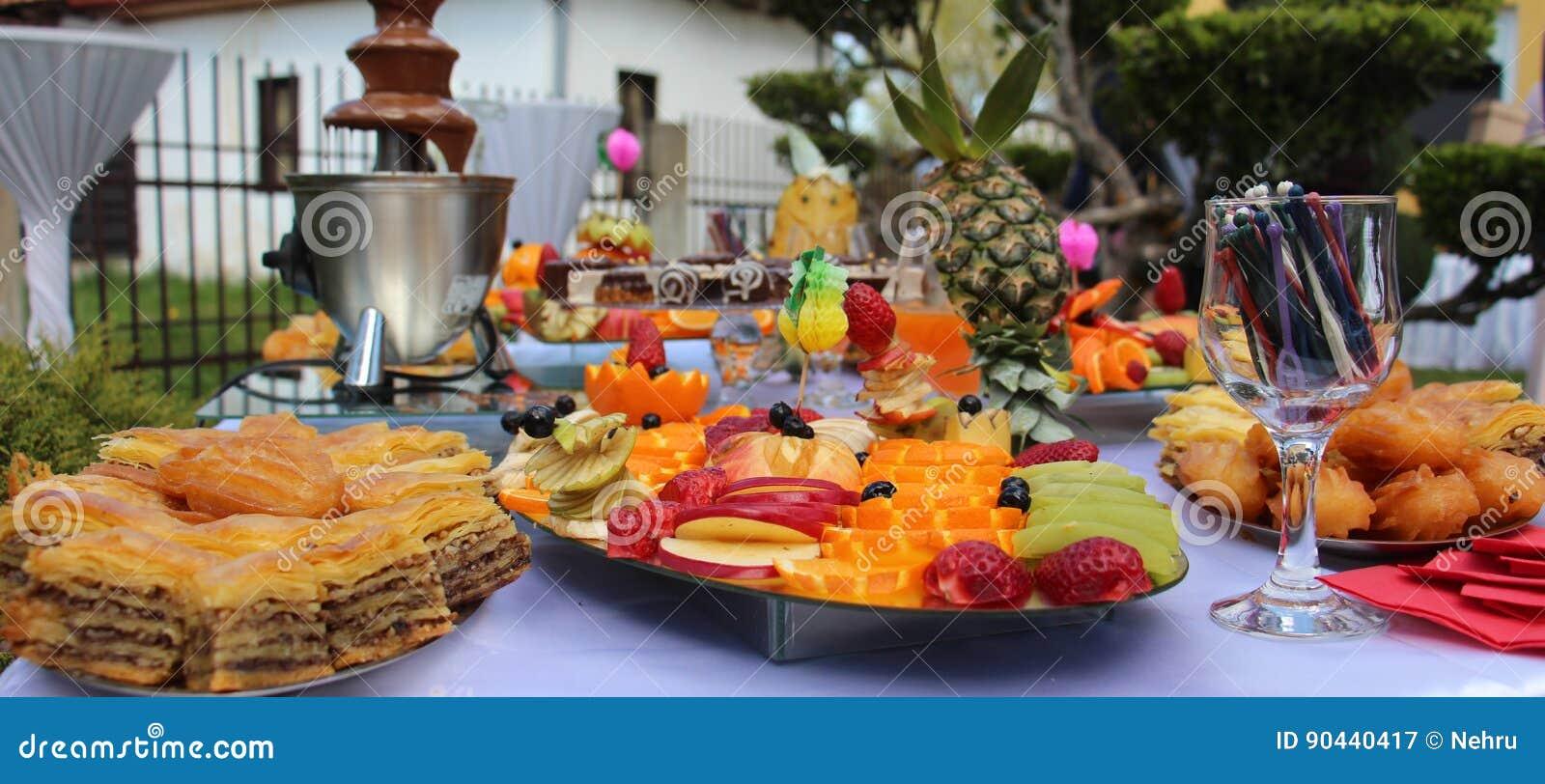 table de banquet de restauration, buffet avec des casse-croûte à l