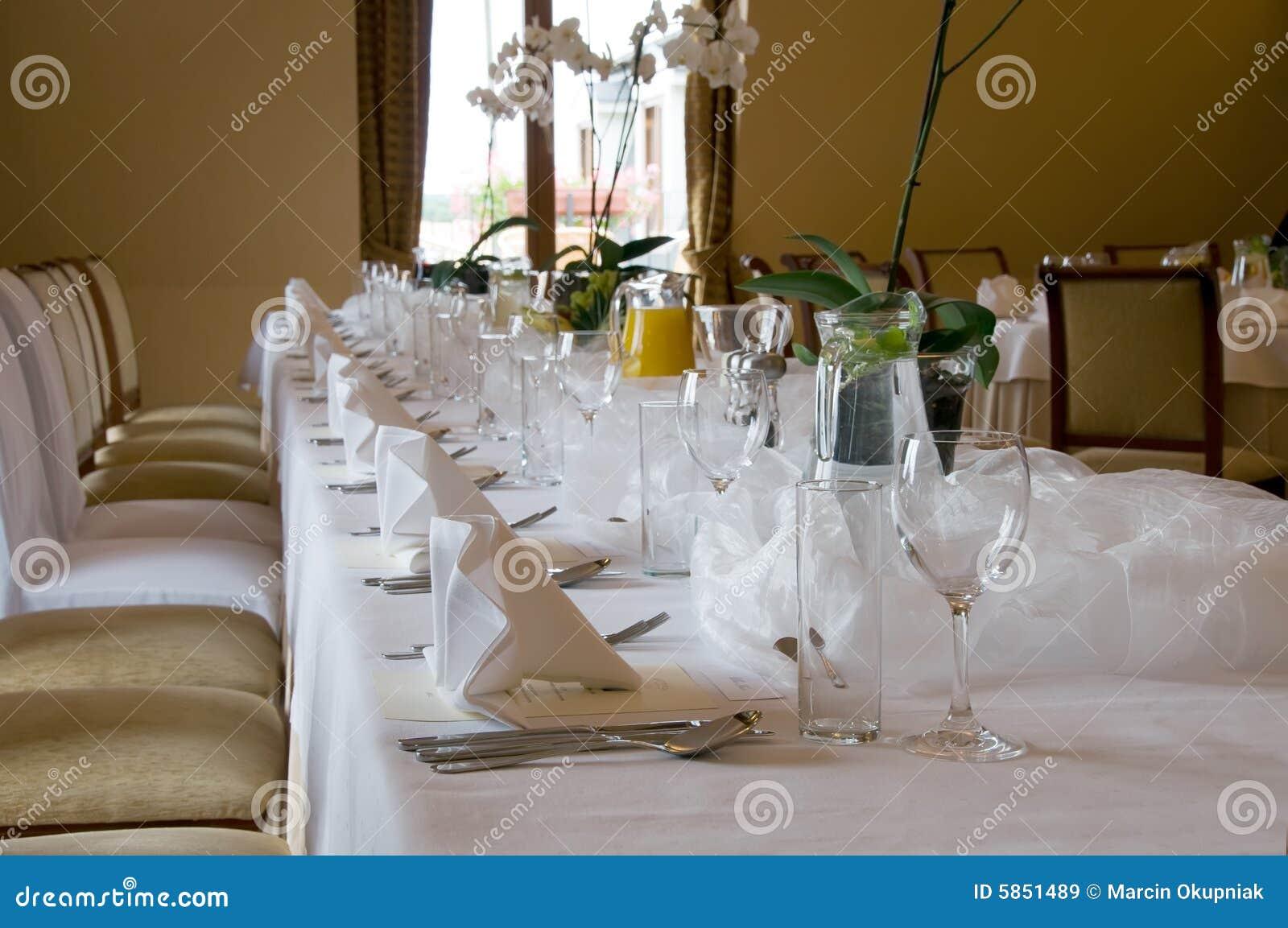 Table de banquet réglée dans le brun
