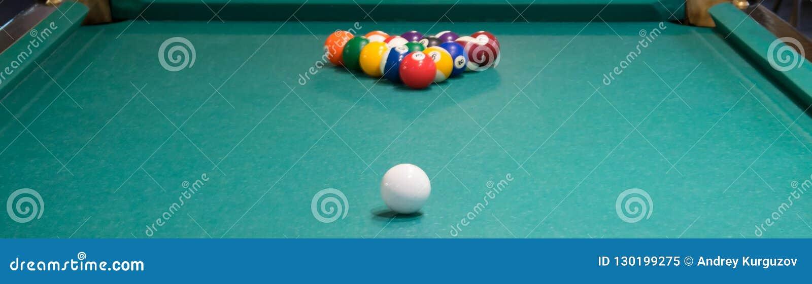 La Chaise Longue Billard table de billard verte, pyramide des boules à jouer, boule