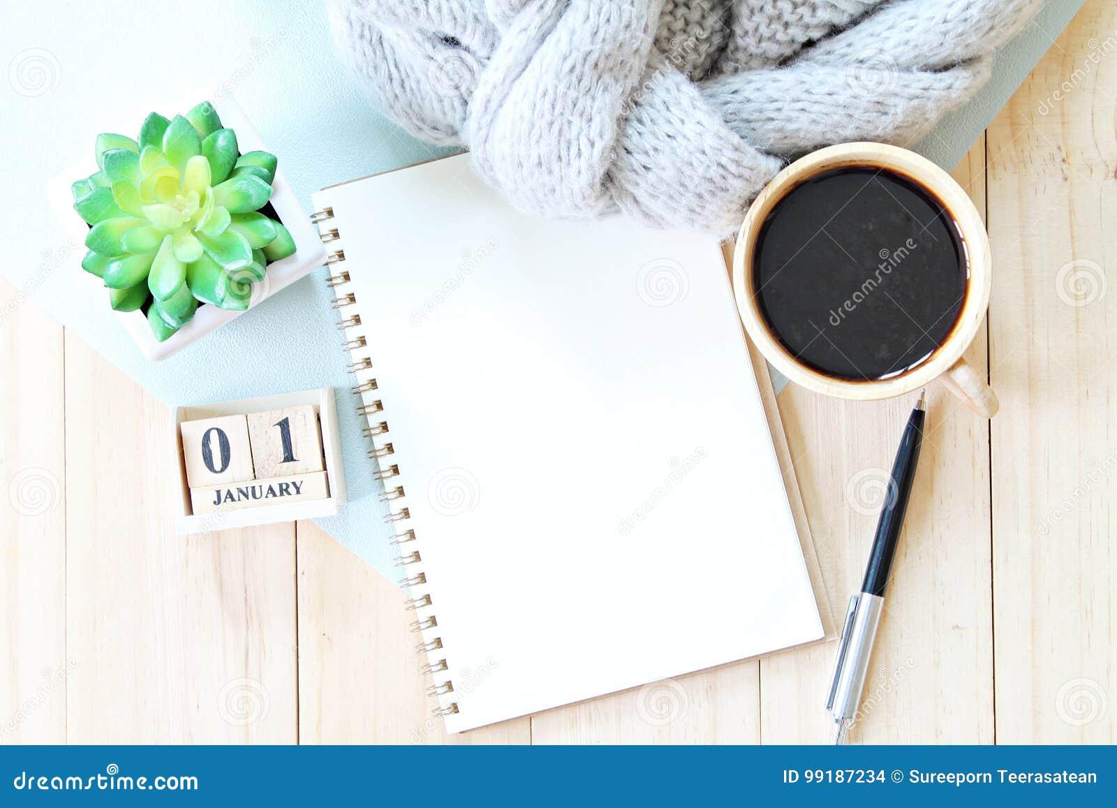 a0e05d63f1770 Concept de planification d affaires, de vacances ou de nouvelle année    Table de bureau avec l écharpe, le papier de carnet, les accessoires, le  calendrier ...