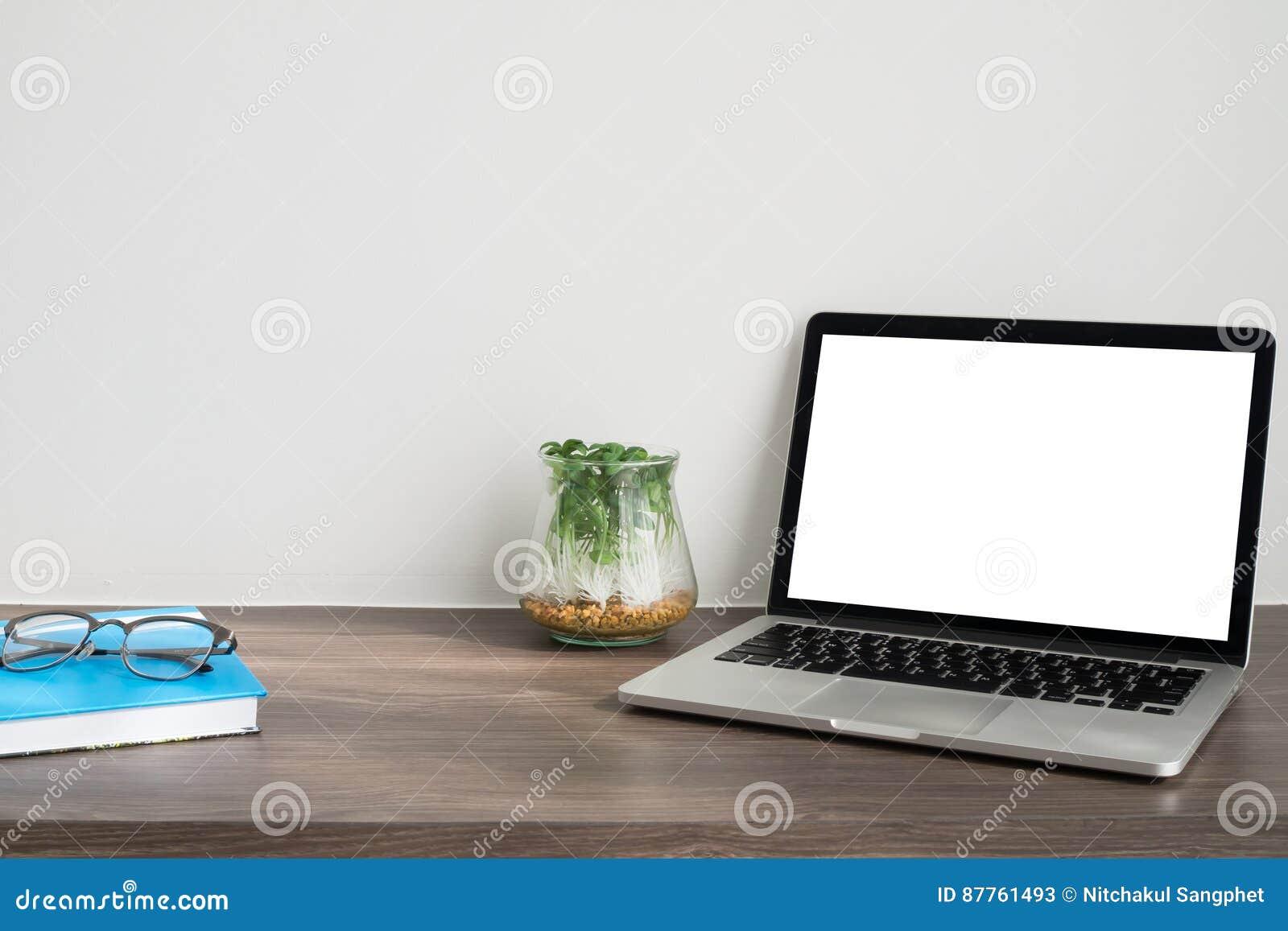 Table De Bureau Avec L\'écran Vide Sur L\'arbre D\'ordinateur Portable ...