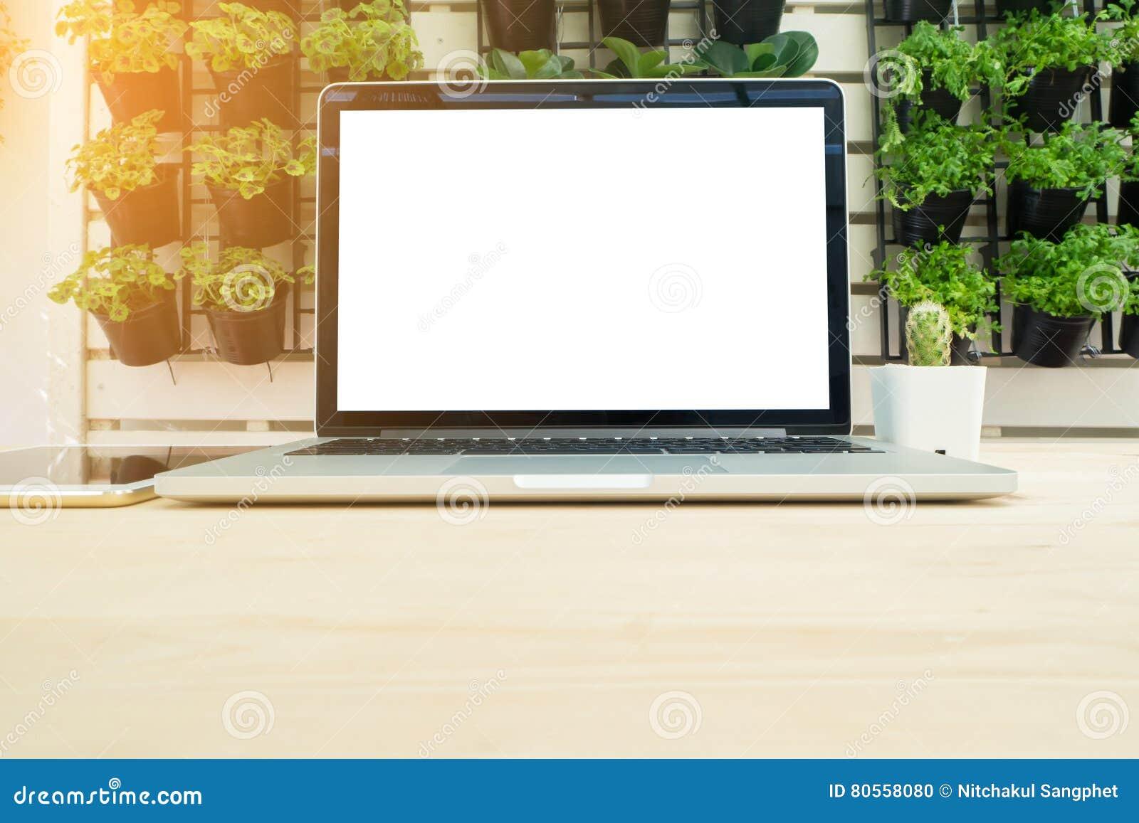 Table de bureau avec l écran vide sur l ordinateur portable au