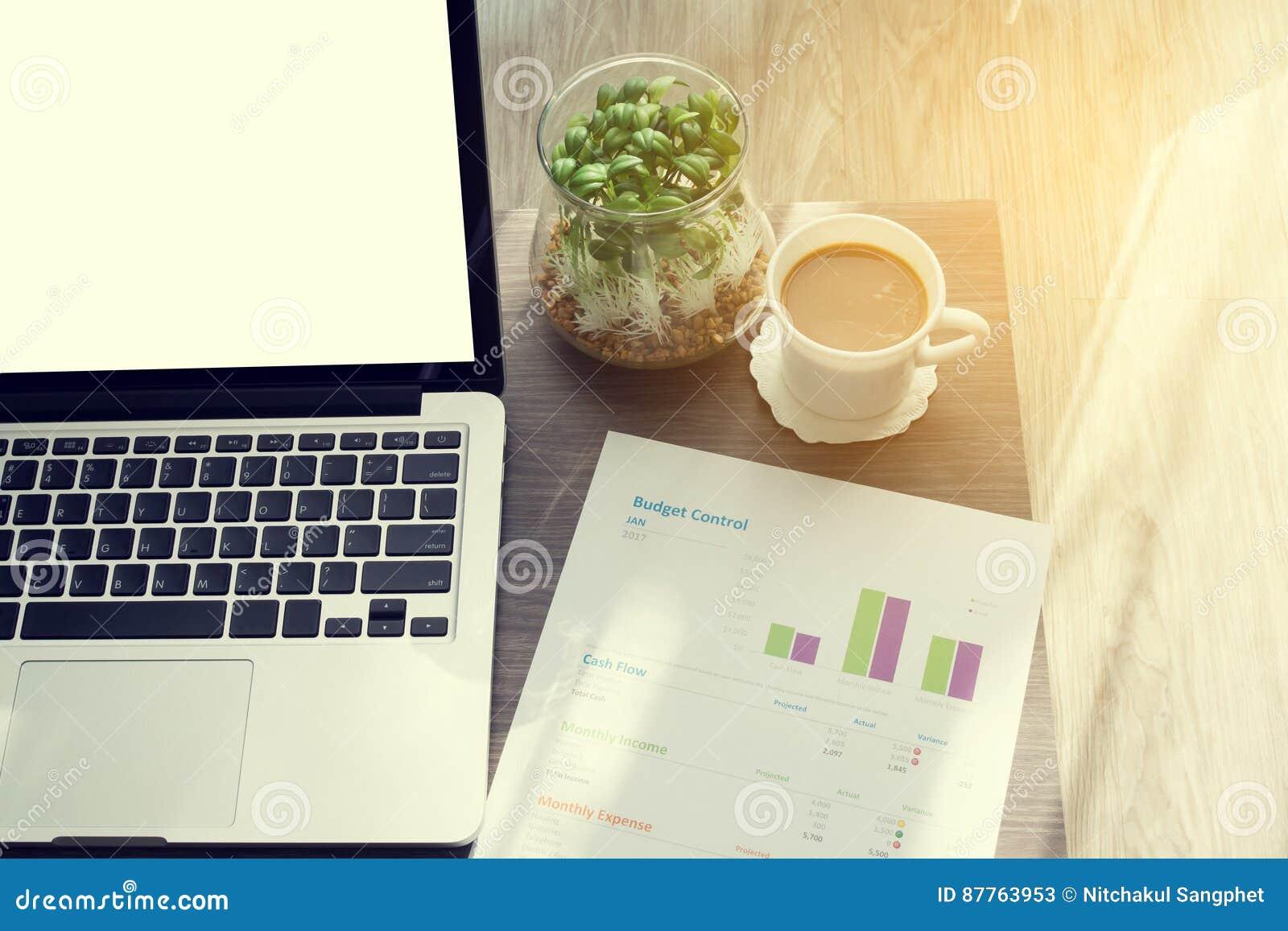 Table De Bureau Avec L\'écran Vide Sur L\'ordinateur Portable, Tasse ...