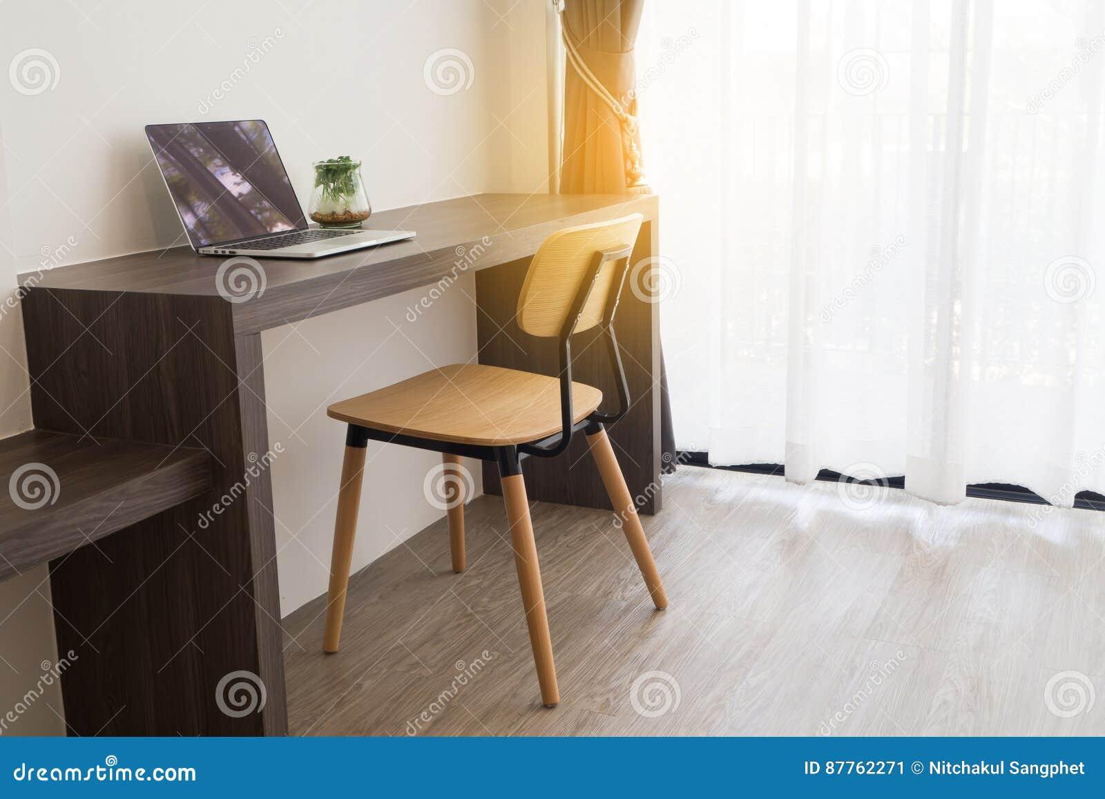 Table De Bureau Avec L\'écran Vide Sur L\'ordinateur Portable, Usine ...