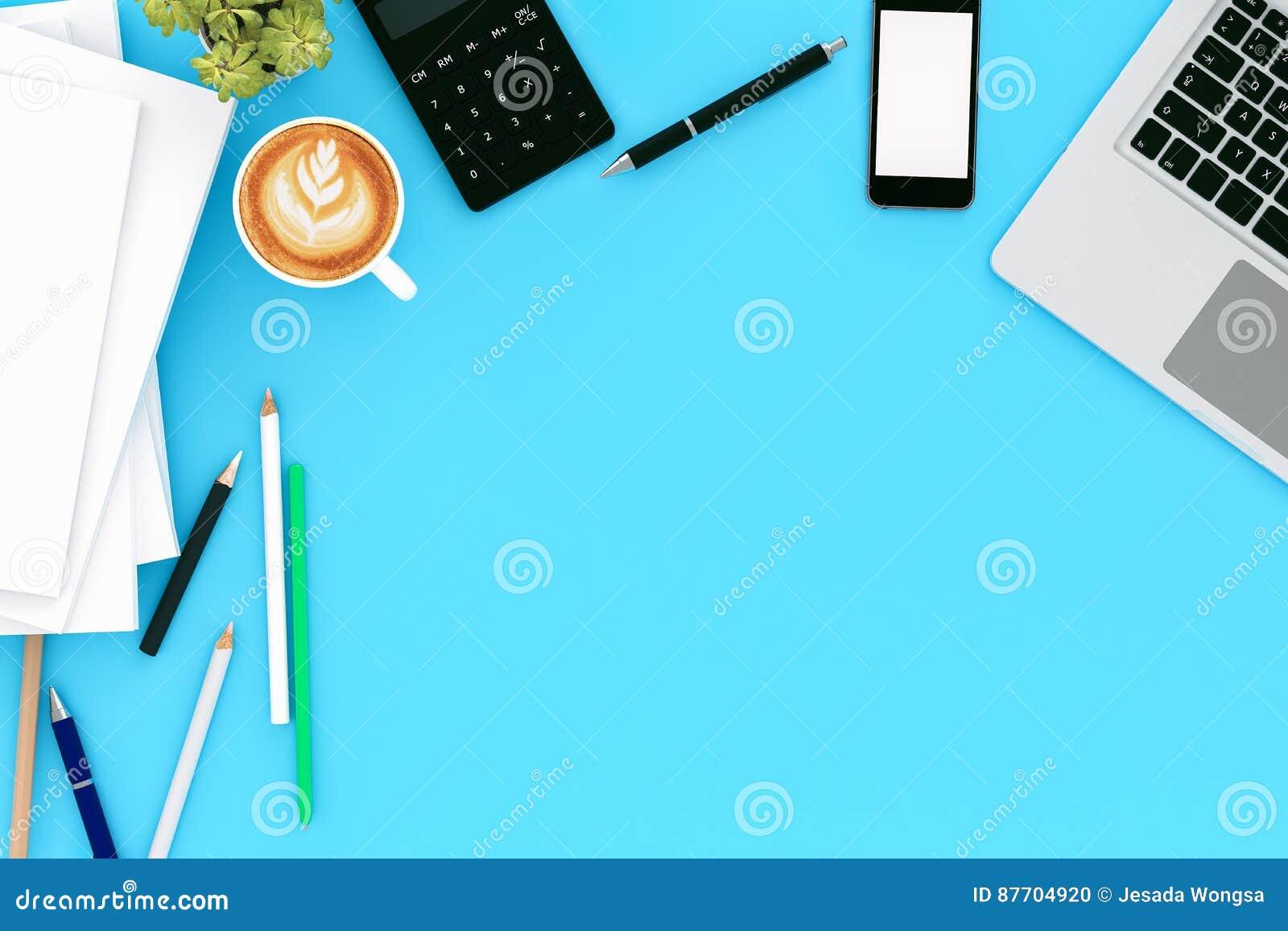 Table de bureau avec l ordinateur de labtop, le téléphone de magazine vide et la tasse de café intelligents Vue supérieure avec l
