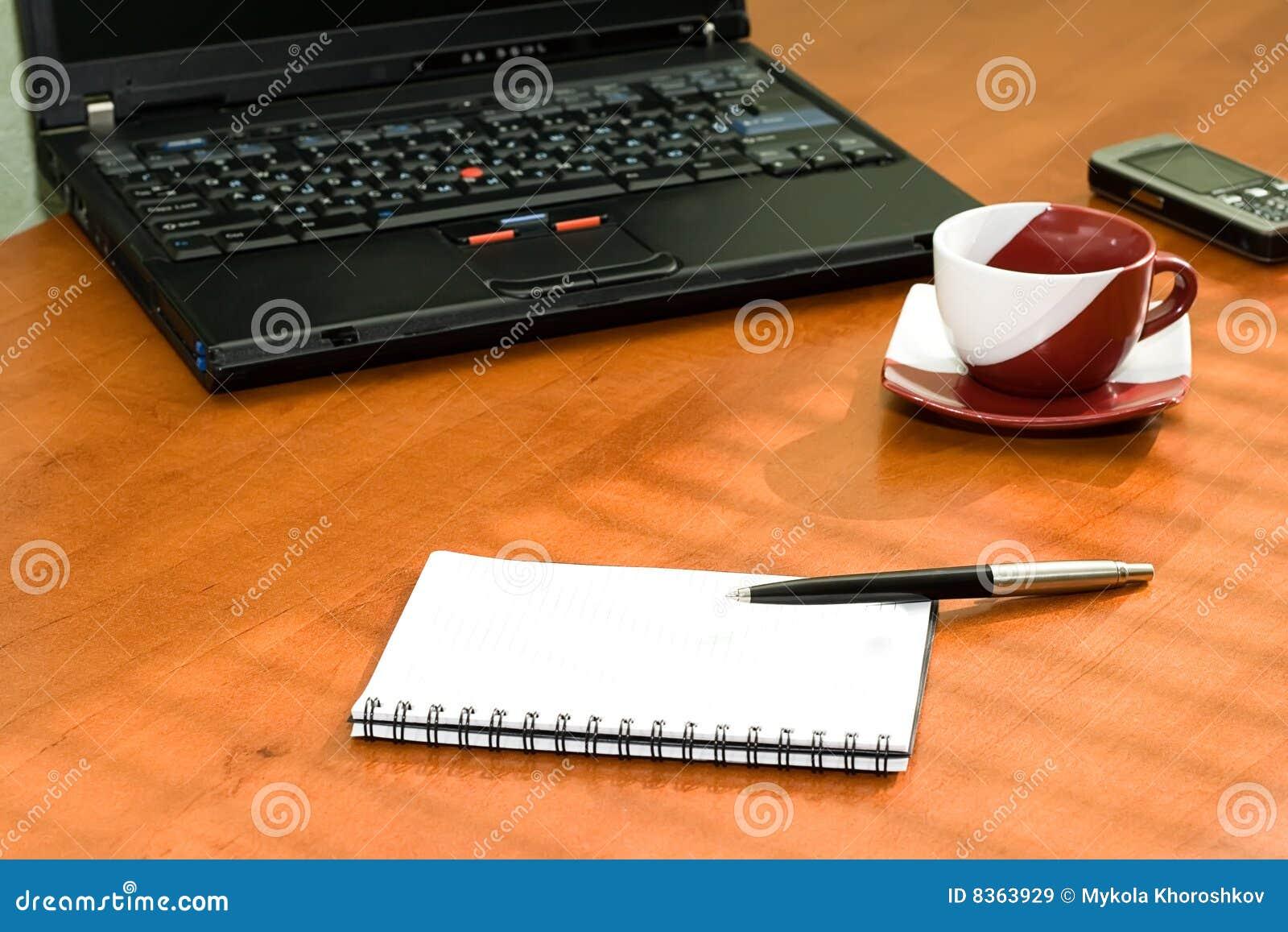 table de bureau avec l 39 ordinateur portable cahier images. Black Bedroom Furniture Sets. Home Design Ideas