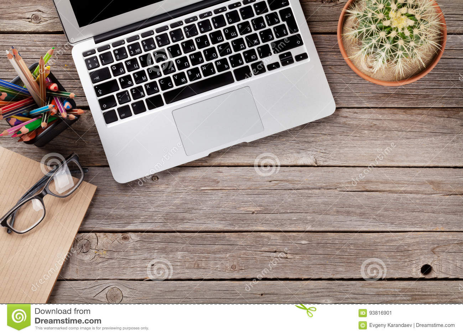 Table de bureau avec l ordinateur portable, le bloc-notes et les verres