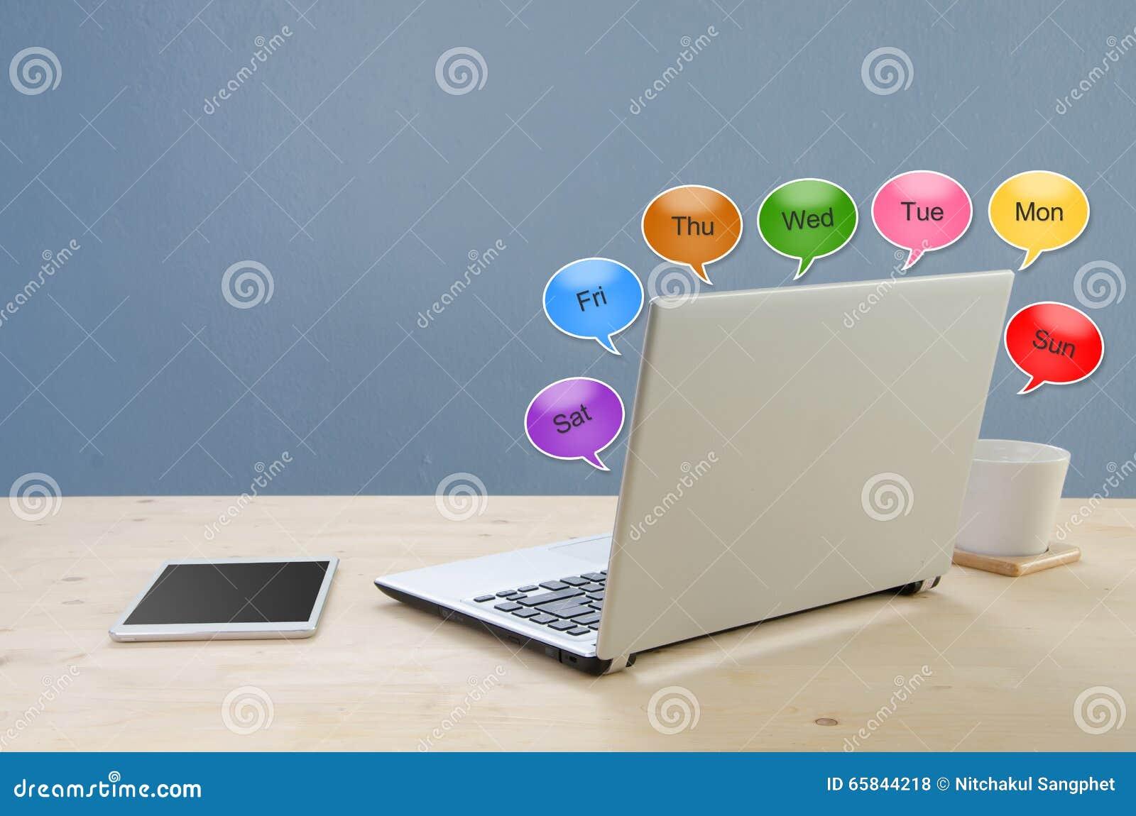 Table de bureau avec le carnet et le ballon de l horaire de