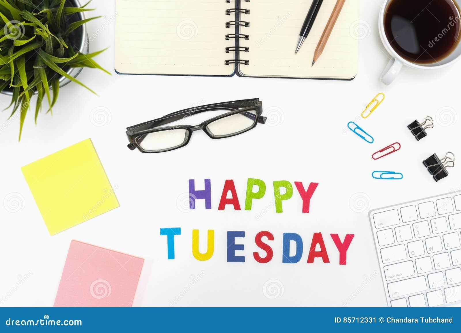 Table de bureau avec le mot heureux de mardi