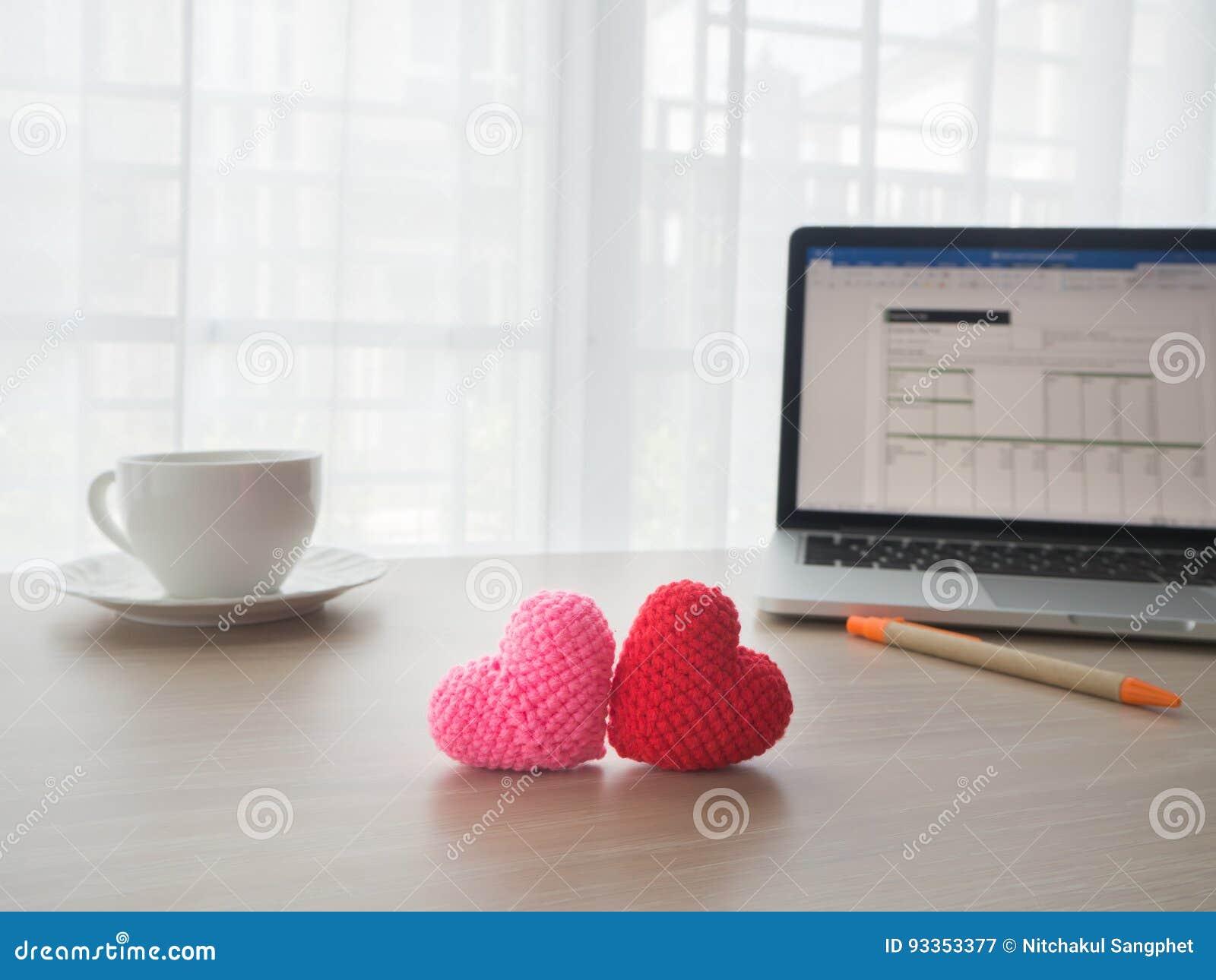 Table de bureau avec le signe rouge et rose de forme de coeur