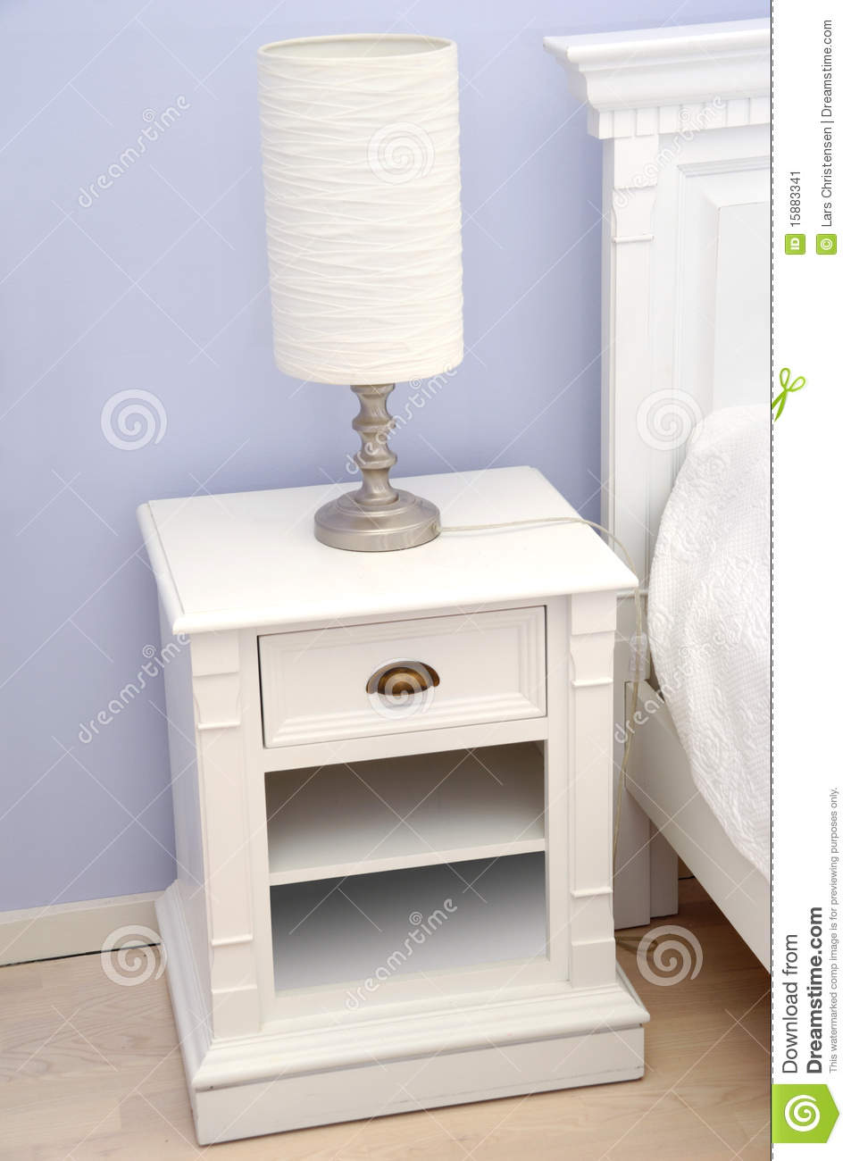 Table de chevet avec la lampe image stock image 15883341 for Table de chevet enfants