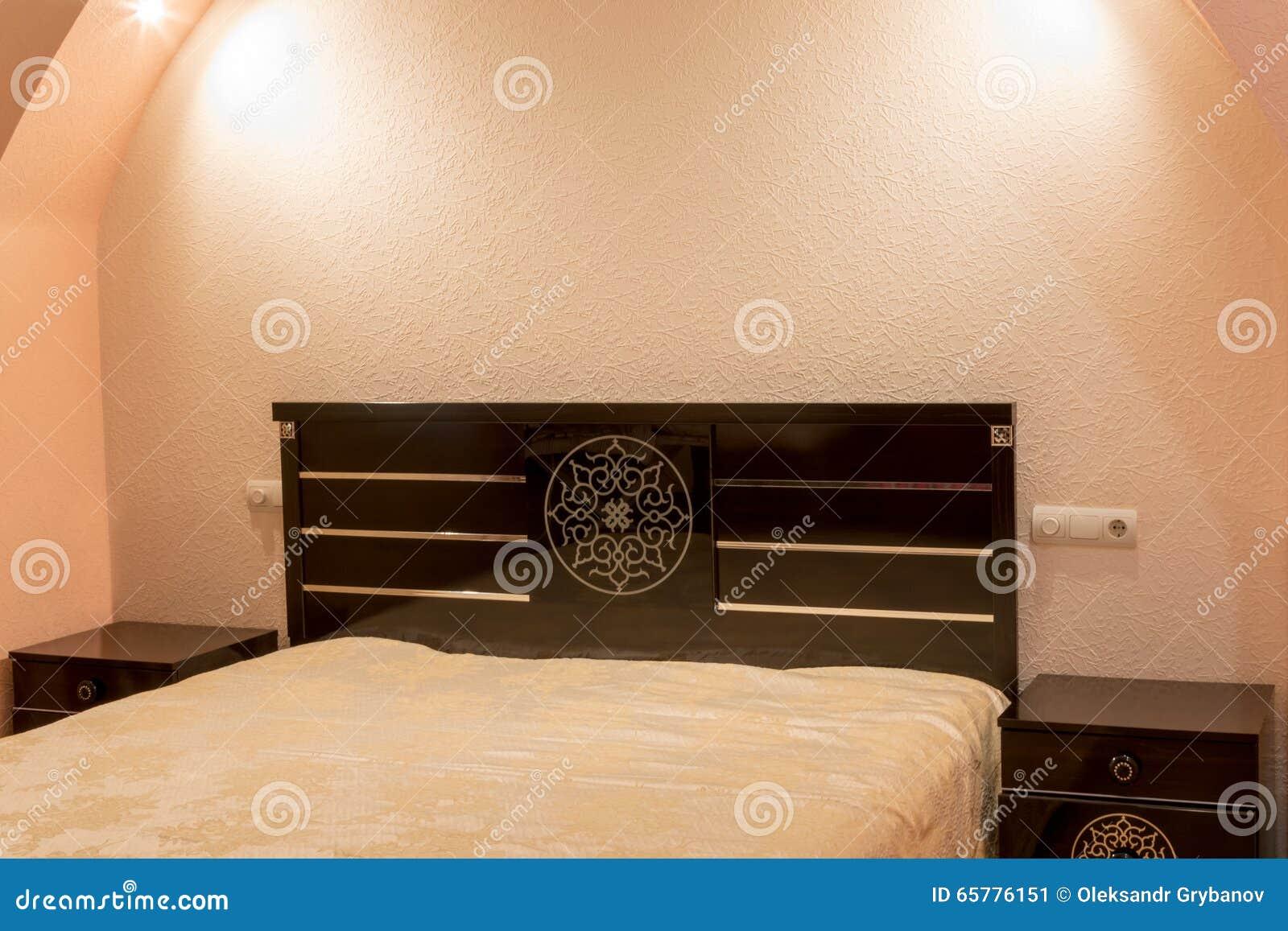 Table de chevet près du lit