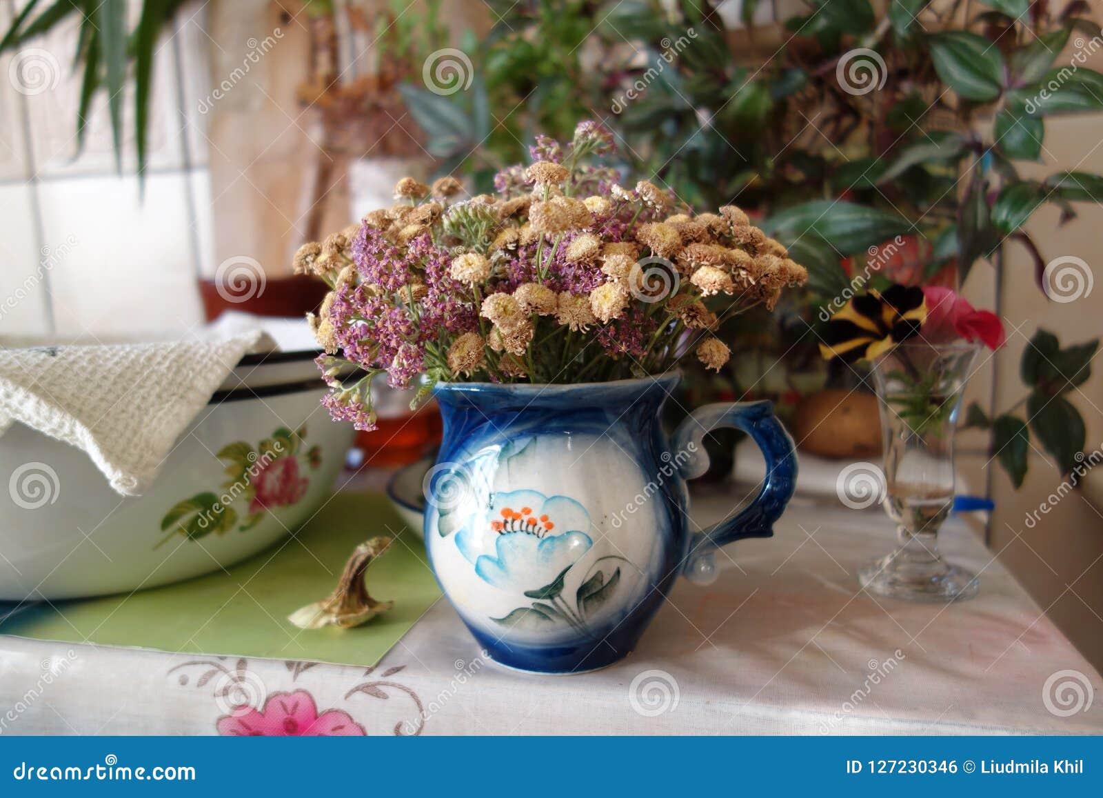 Table de cuisine avec un bouquet sec de fleurs